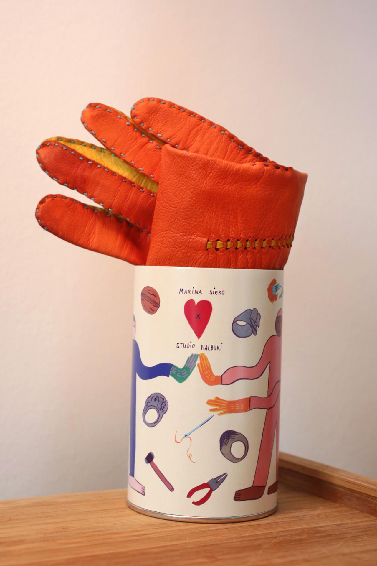 Gants Studio Halbuki enroulés dans l'emballage cylindrique