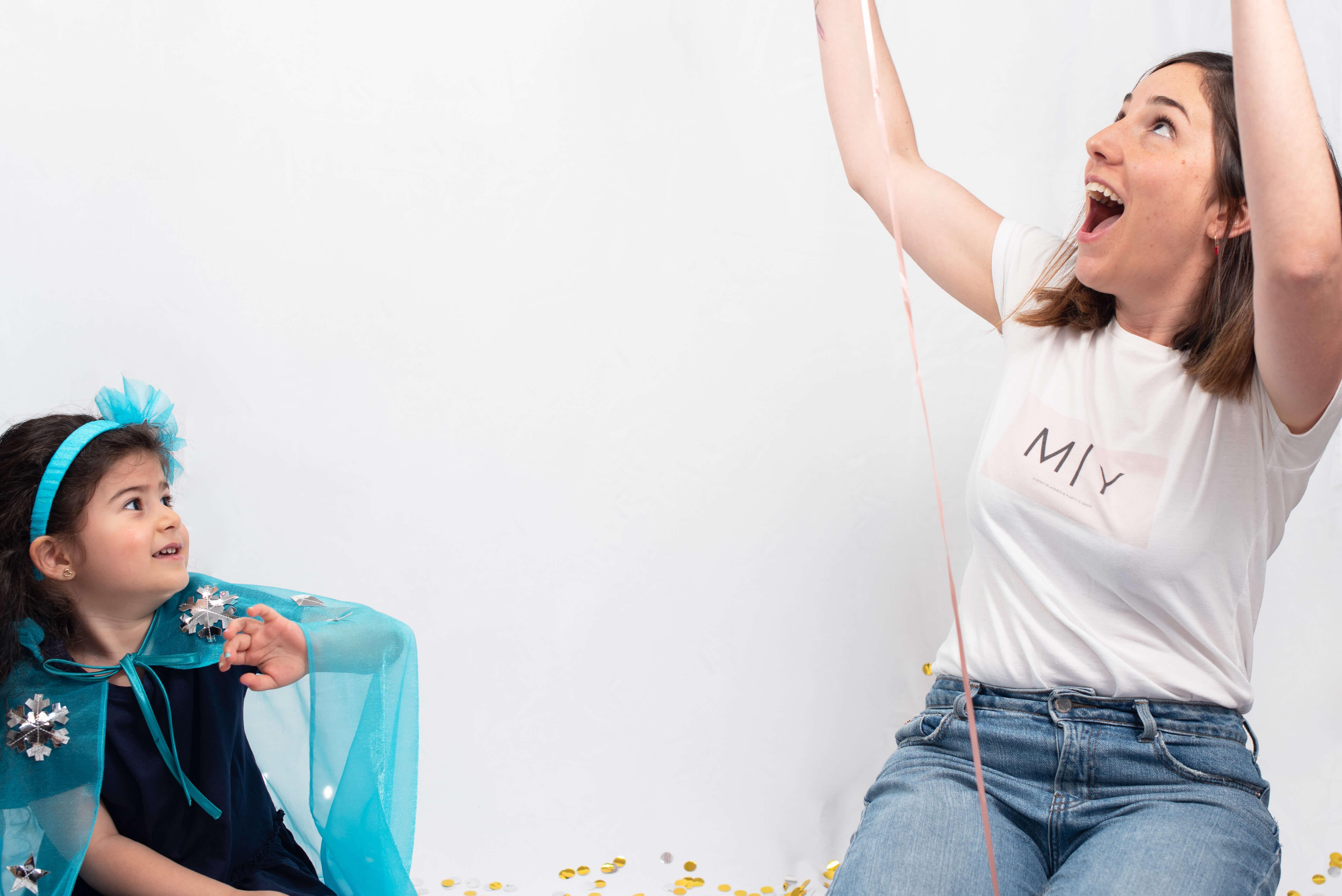La fundadora de Marcela Yamur sonríe junto a una niña