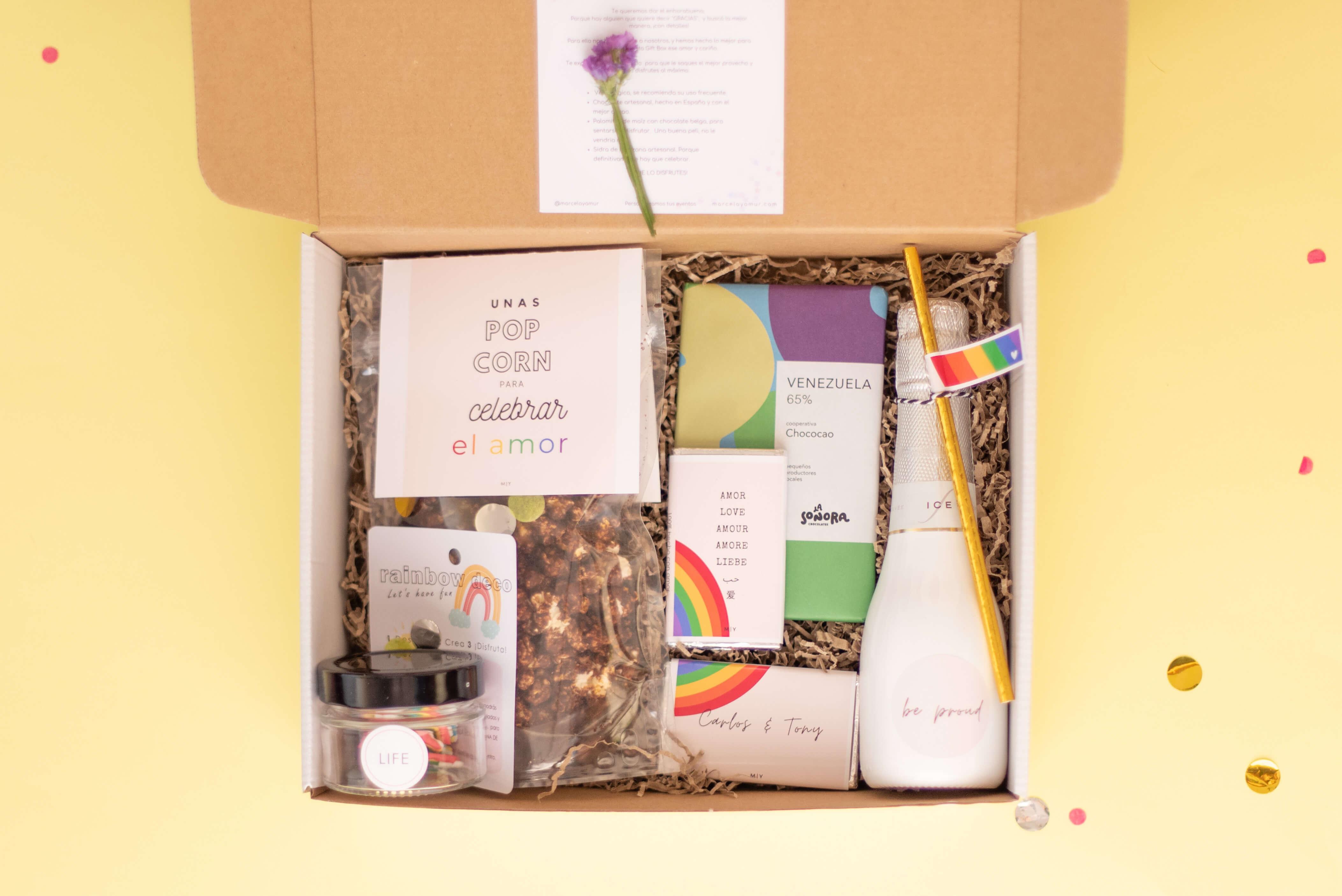 caja postal con artículos de Marcela Yamur