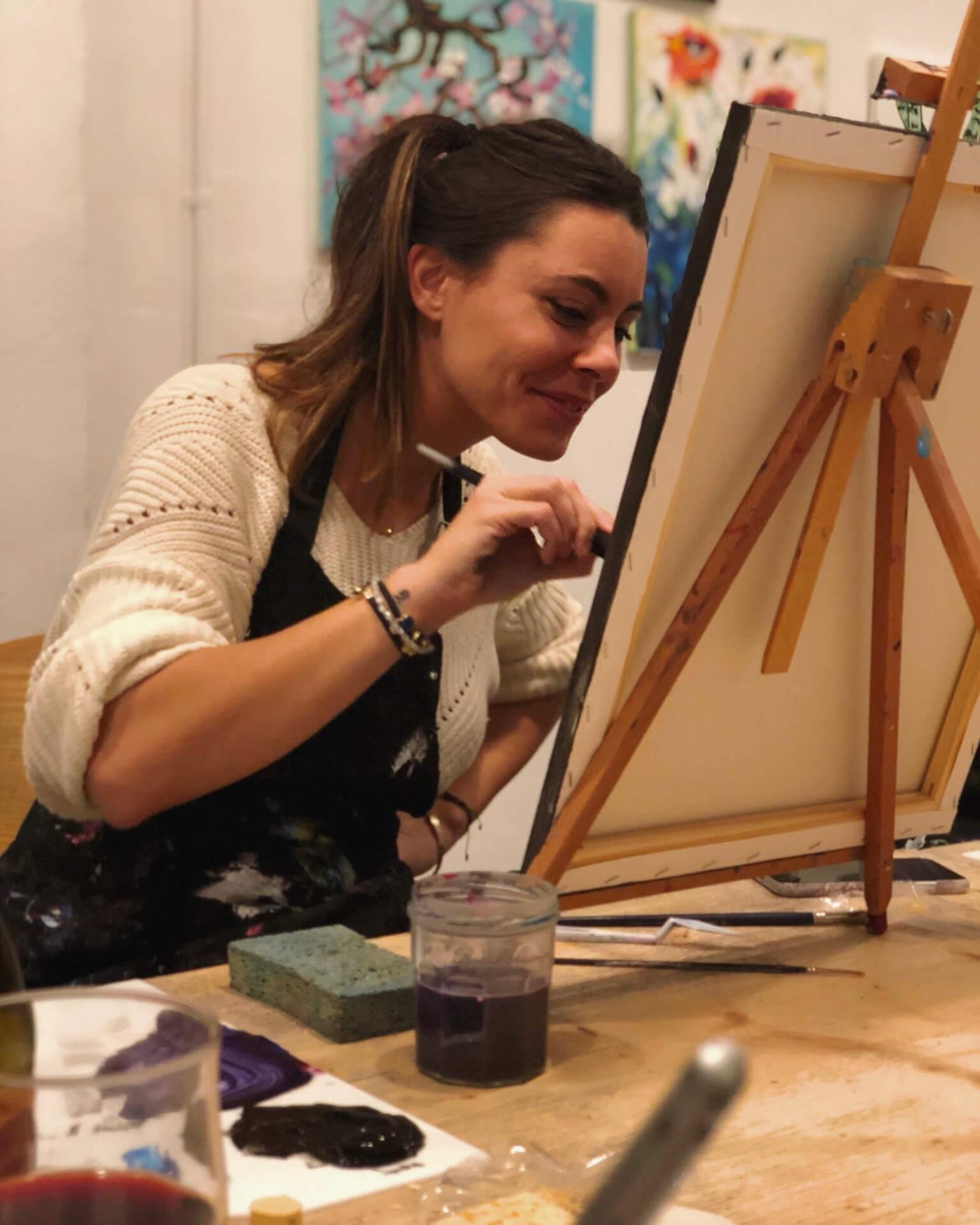 Sofía Uriach pinta un cuadro