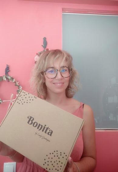 Una chica sostiene una caja con el logo Bonita Beauty Skin