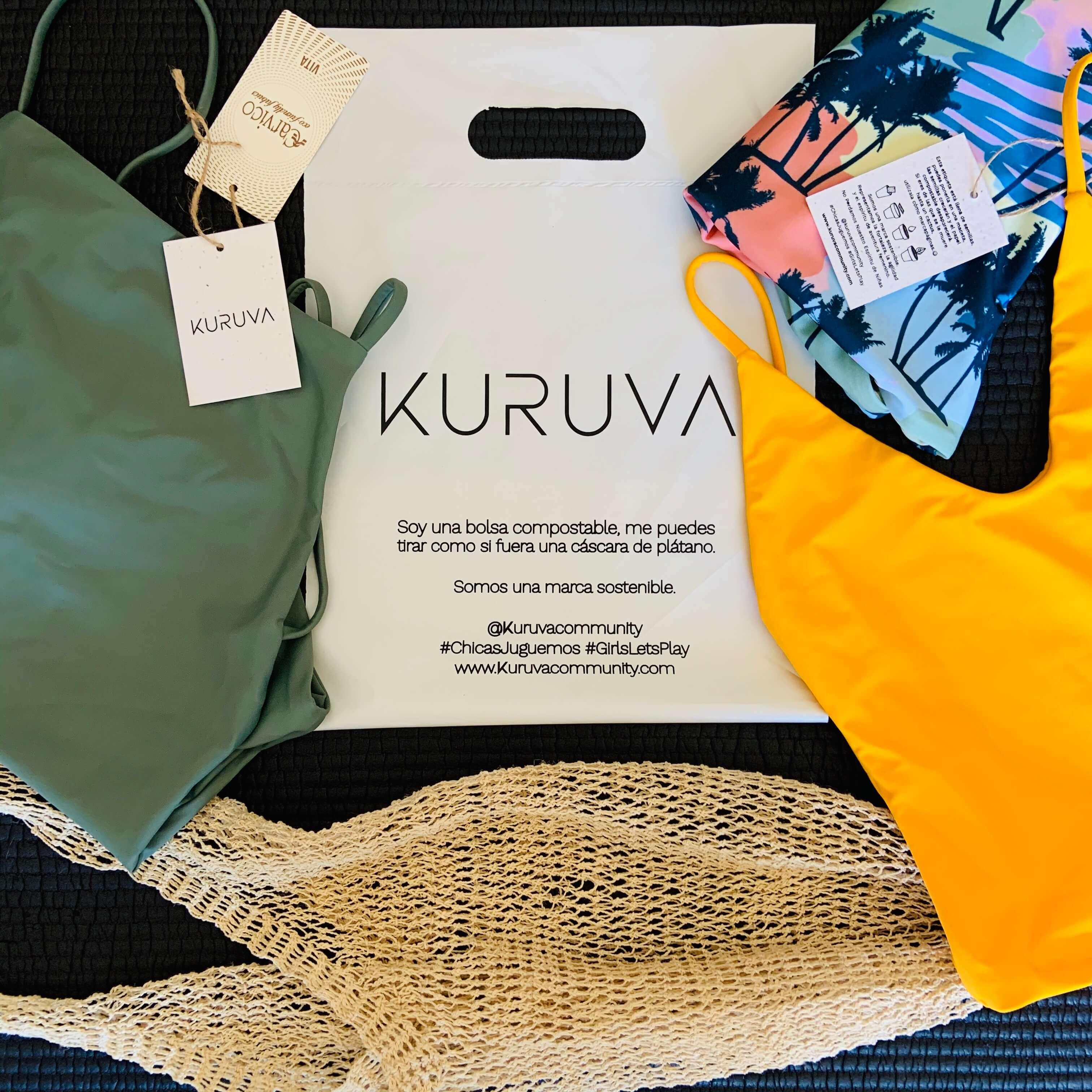 una bolsa compostable y varios bañadores de Kuruva
