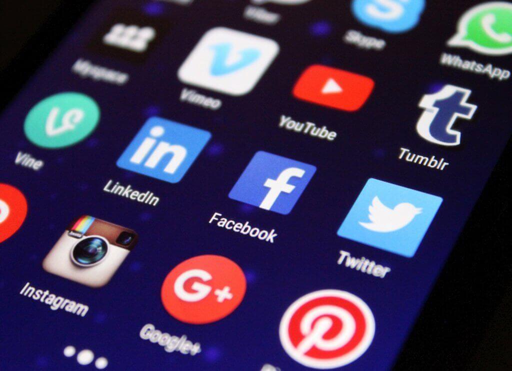 Écran avec les réseaux sociaux : Vimeo, Youtube, Tumblr, LinkedIn, Facebook, Twitter, Instagram, Google +, Pinterest