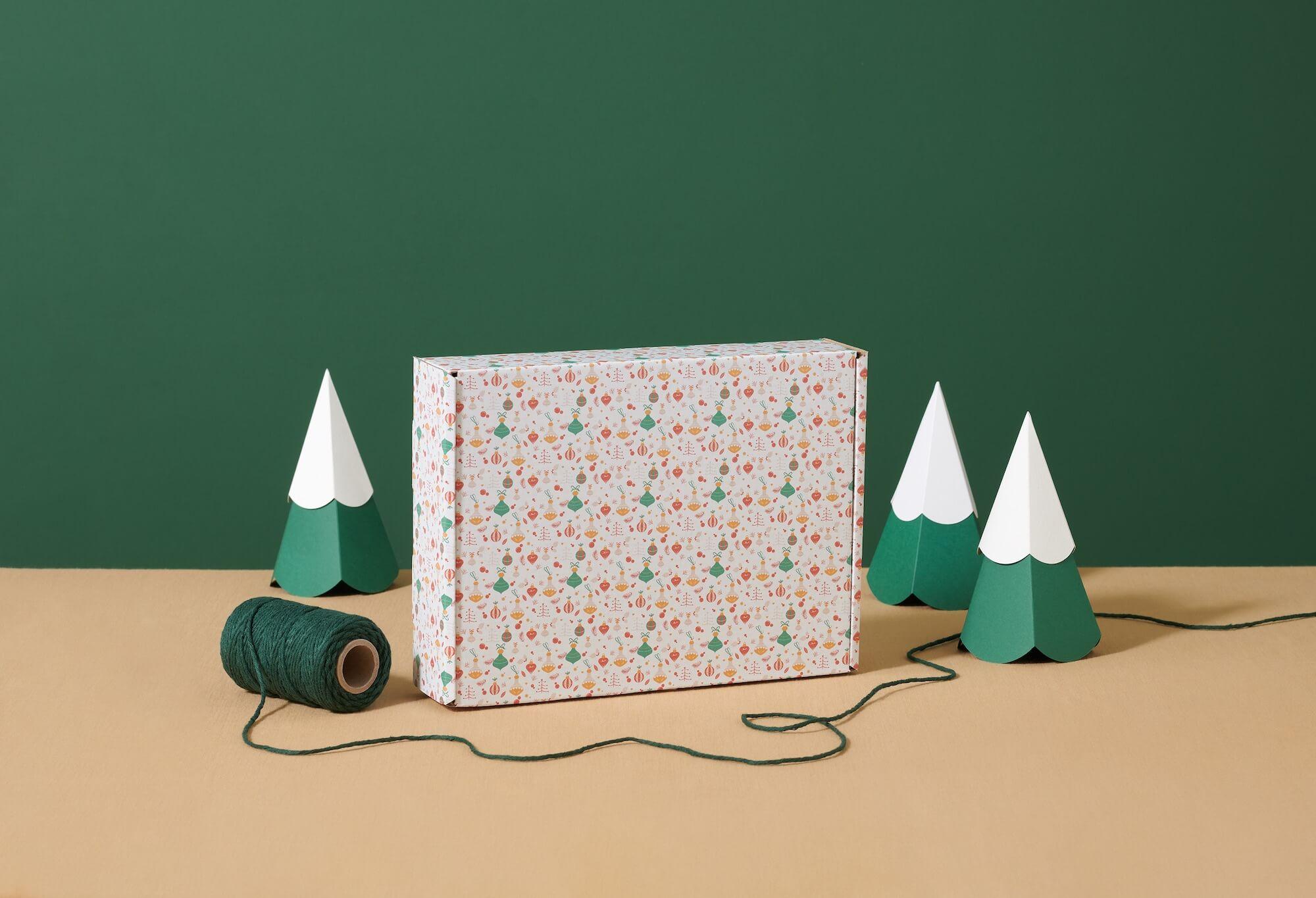 Boîte cadeau et miniatures de sapins de Noël