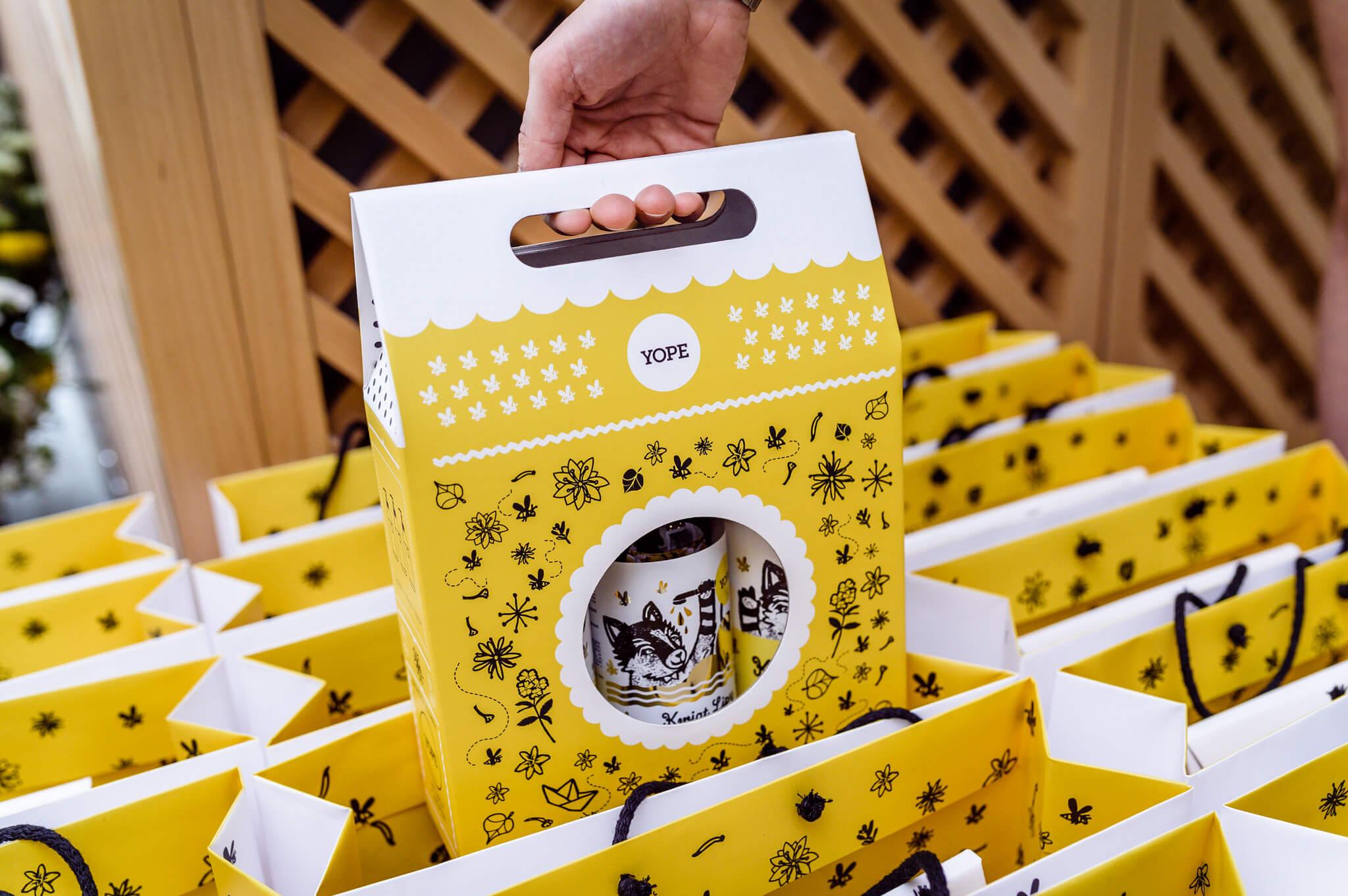 caja de cartón con asa decorada en amarillo