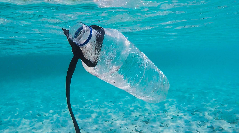 Bouteille en plastique dans la mer