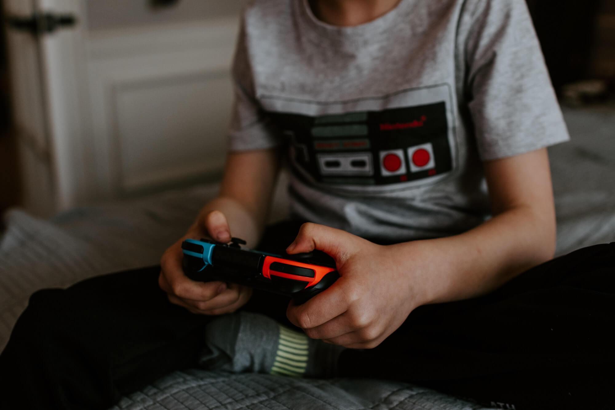 Enfant qui joue à la console de jeux