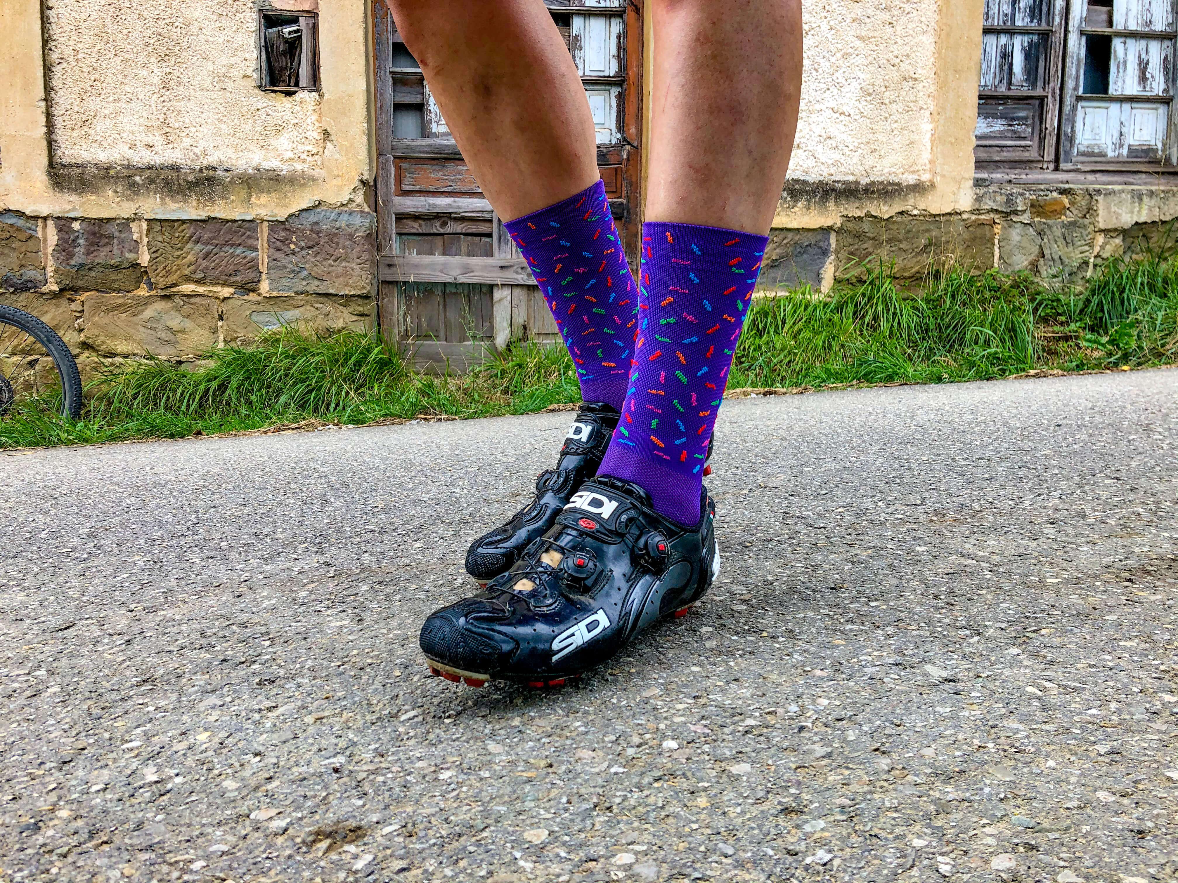 Un chico lleva calcetines de la marca MOOQUER