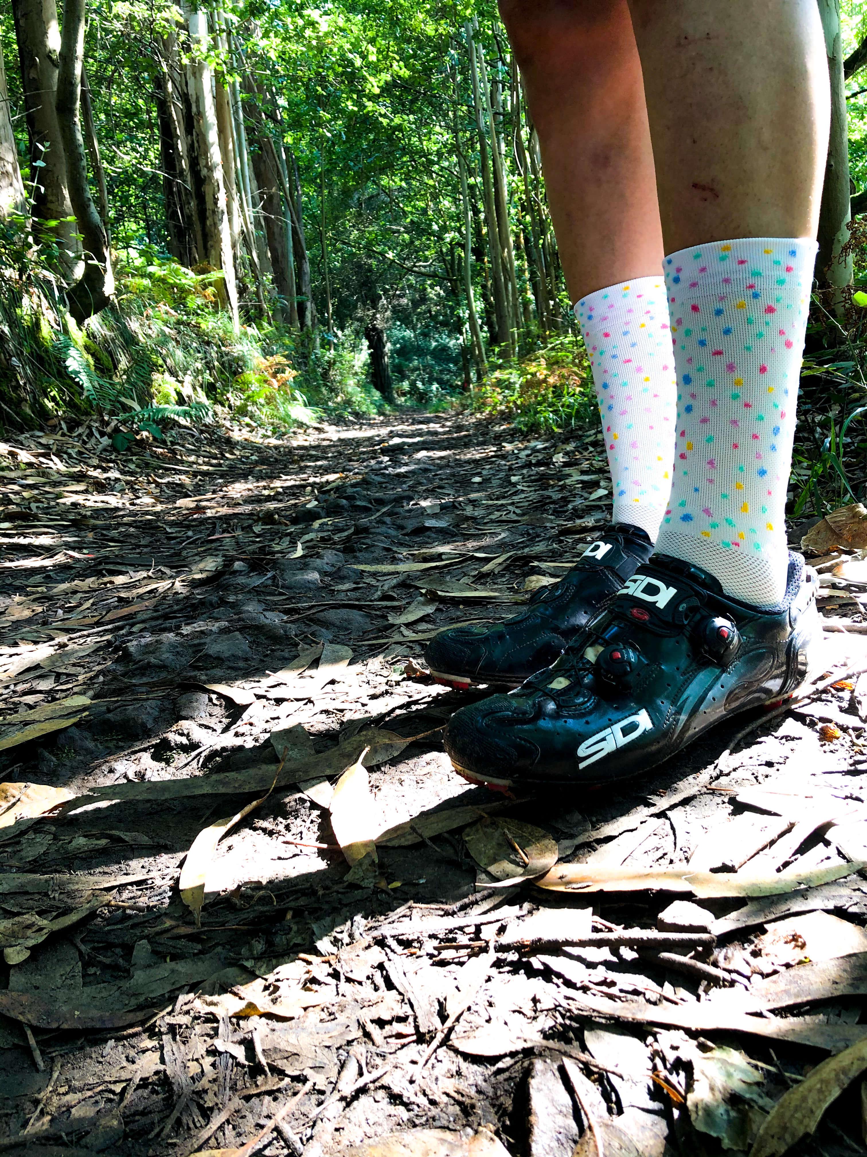 Un ciclista lleva botines y calcetines altos