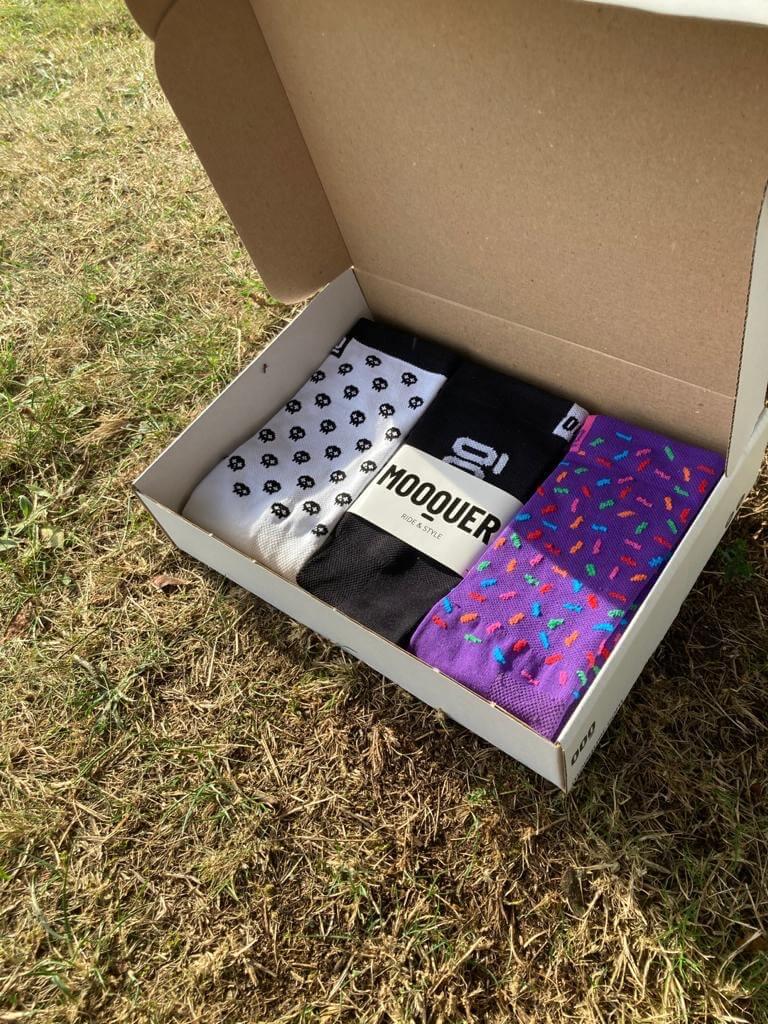 varios calcetines en una caja de cartón