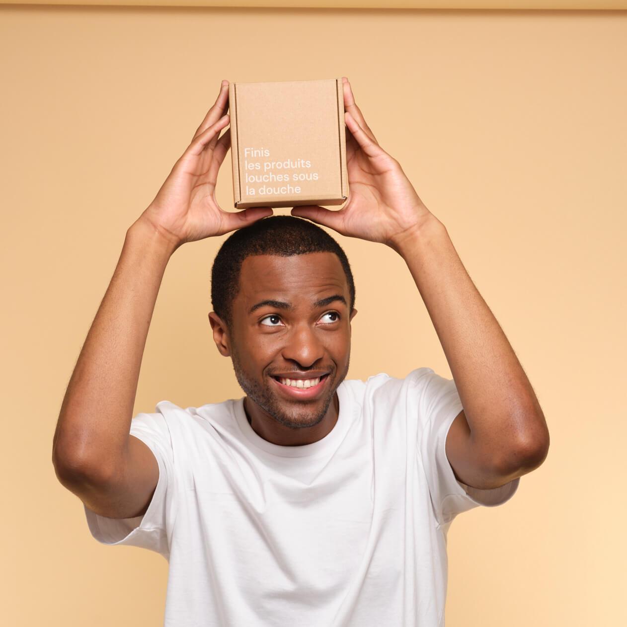 Un chico sostiene una caja de cartón pequeña