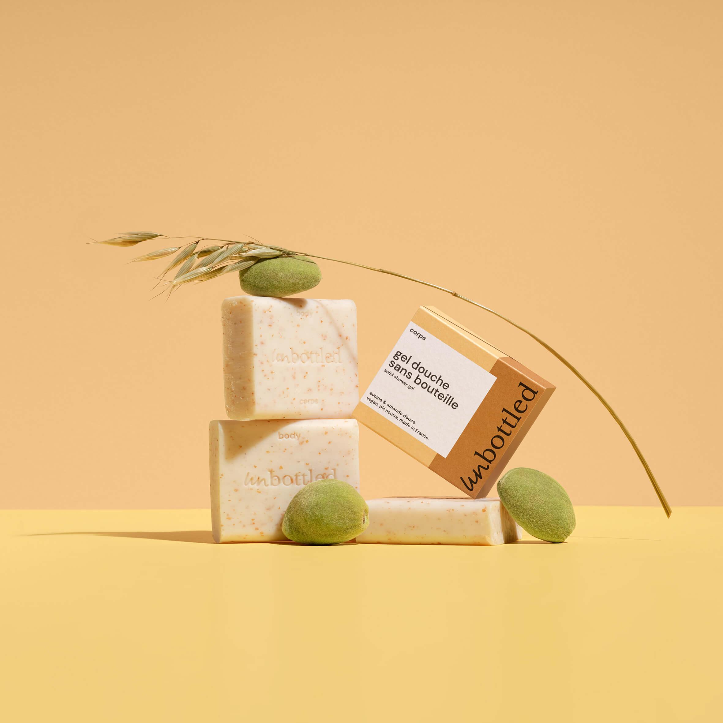 jabón natural junto a una caja de cartón