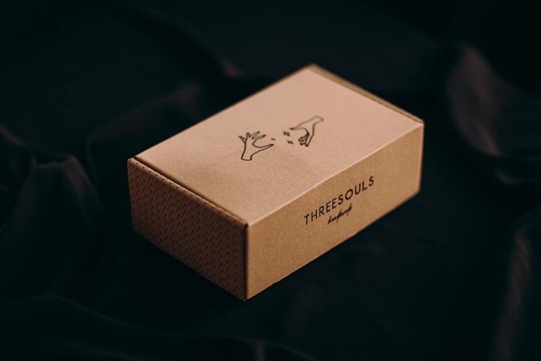 caja de cartón con un logo impreso en negro