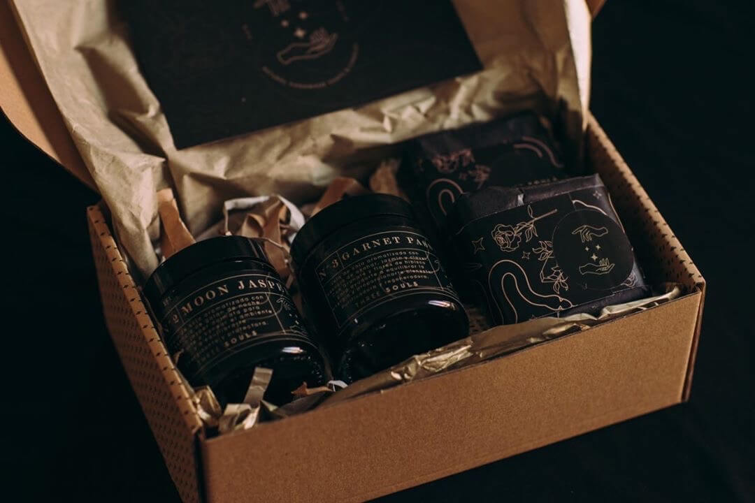 Caja de cartón con velas de color negro en su interior