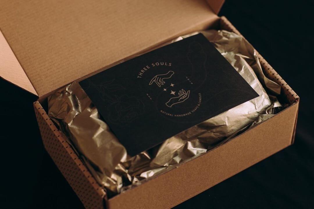 Caja de cartón con una nota en el interior