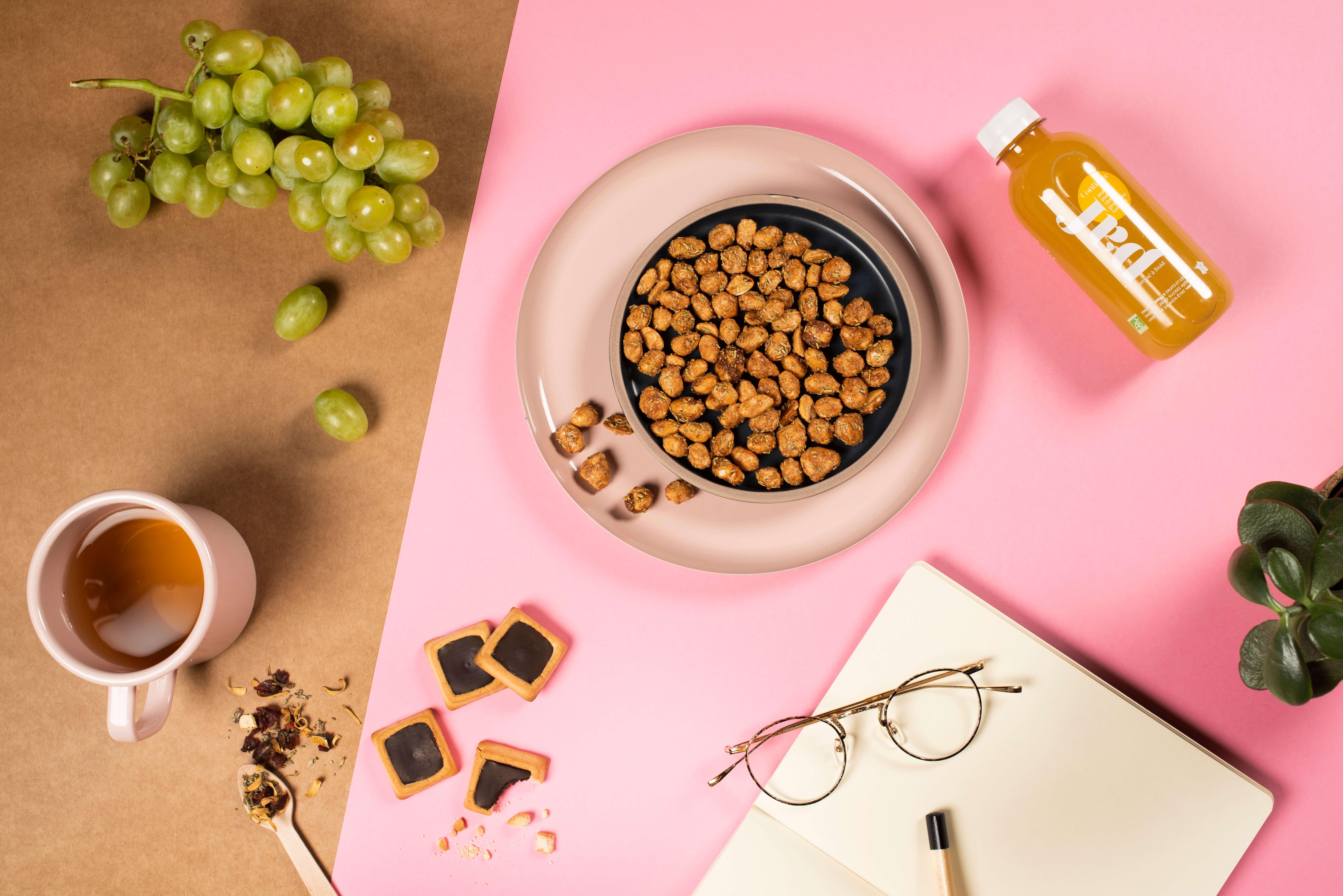 snacks, cereales y fruta en una mesa de oficina