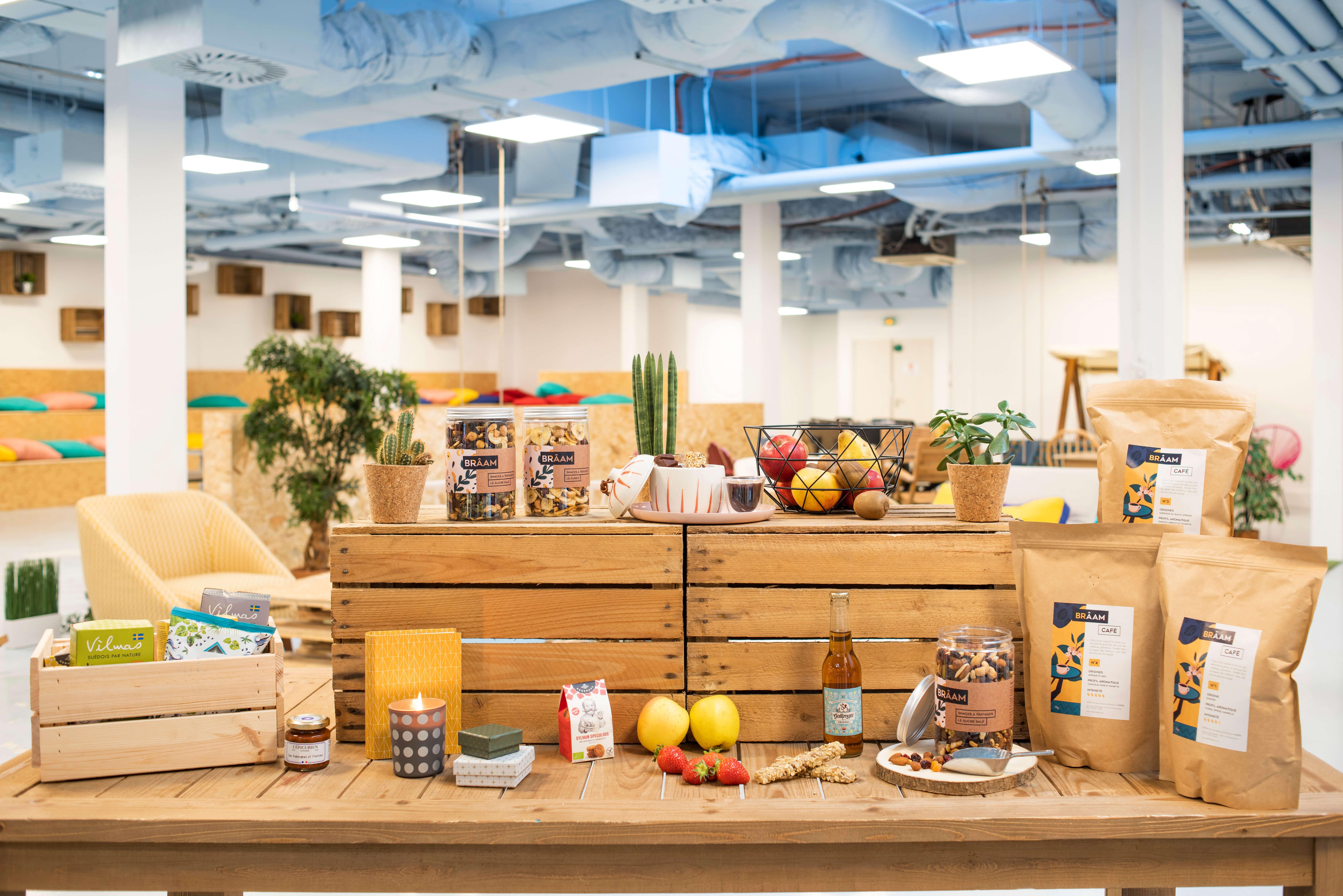 cajas y palés con alimentos y snacks saludables