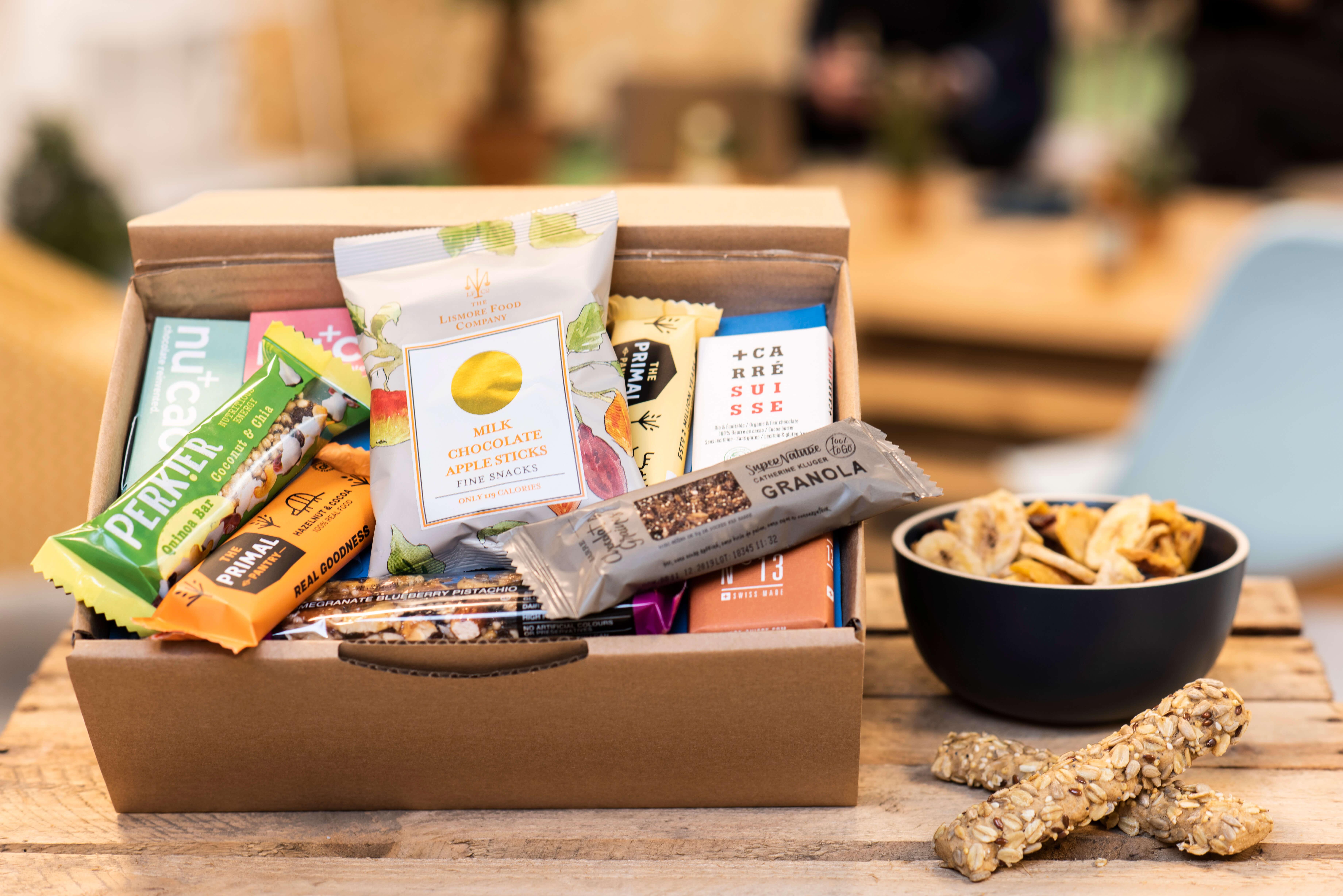 Una caja con snacks de la marca Brâam