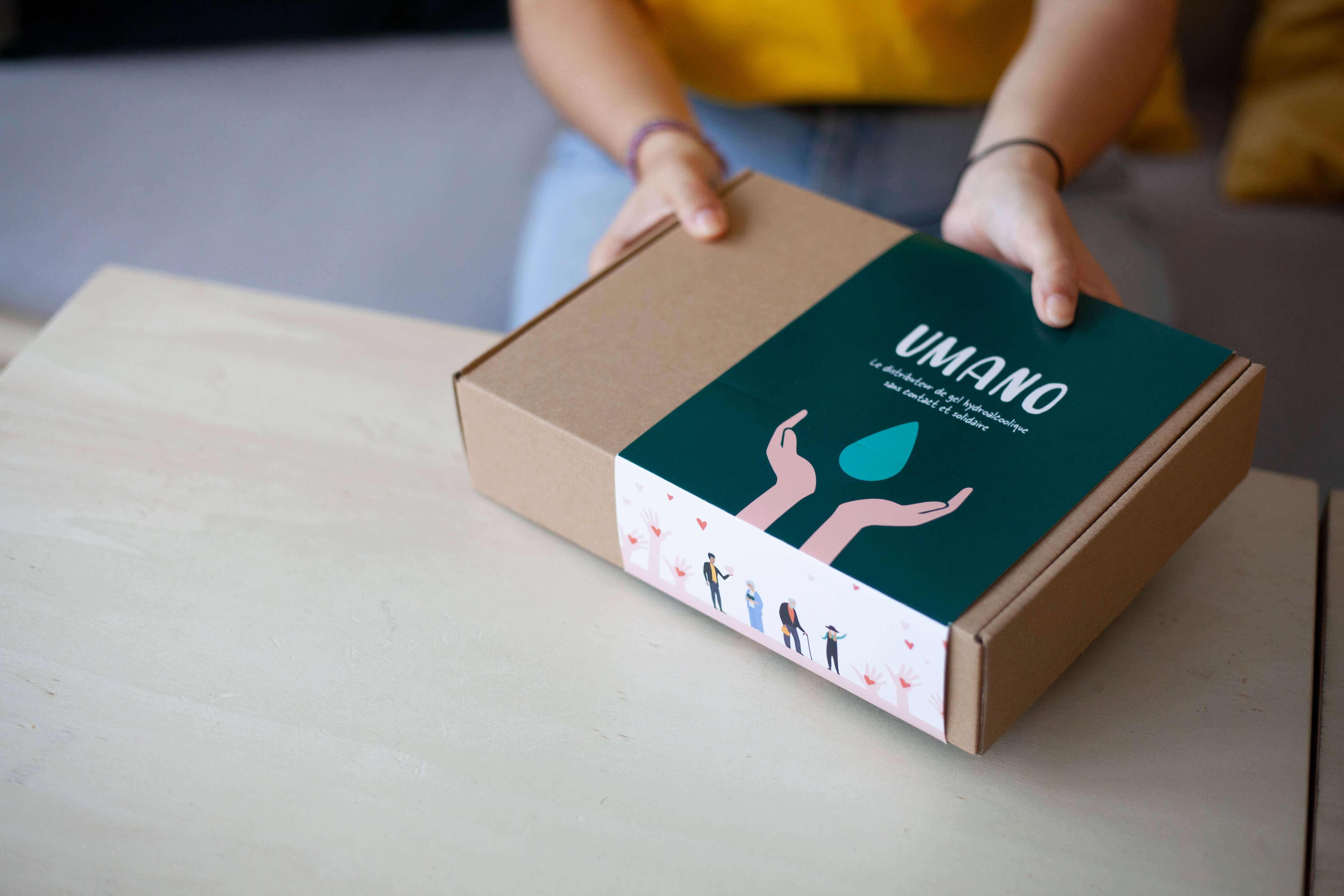 Una chica sostiene una caja postal de cartón