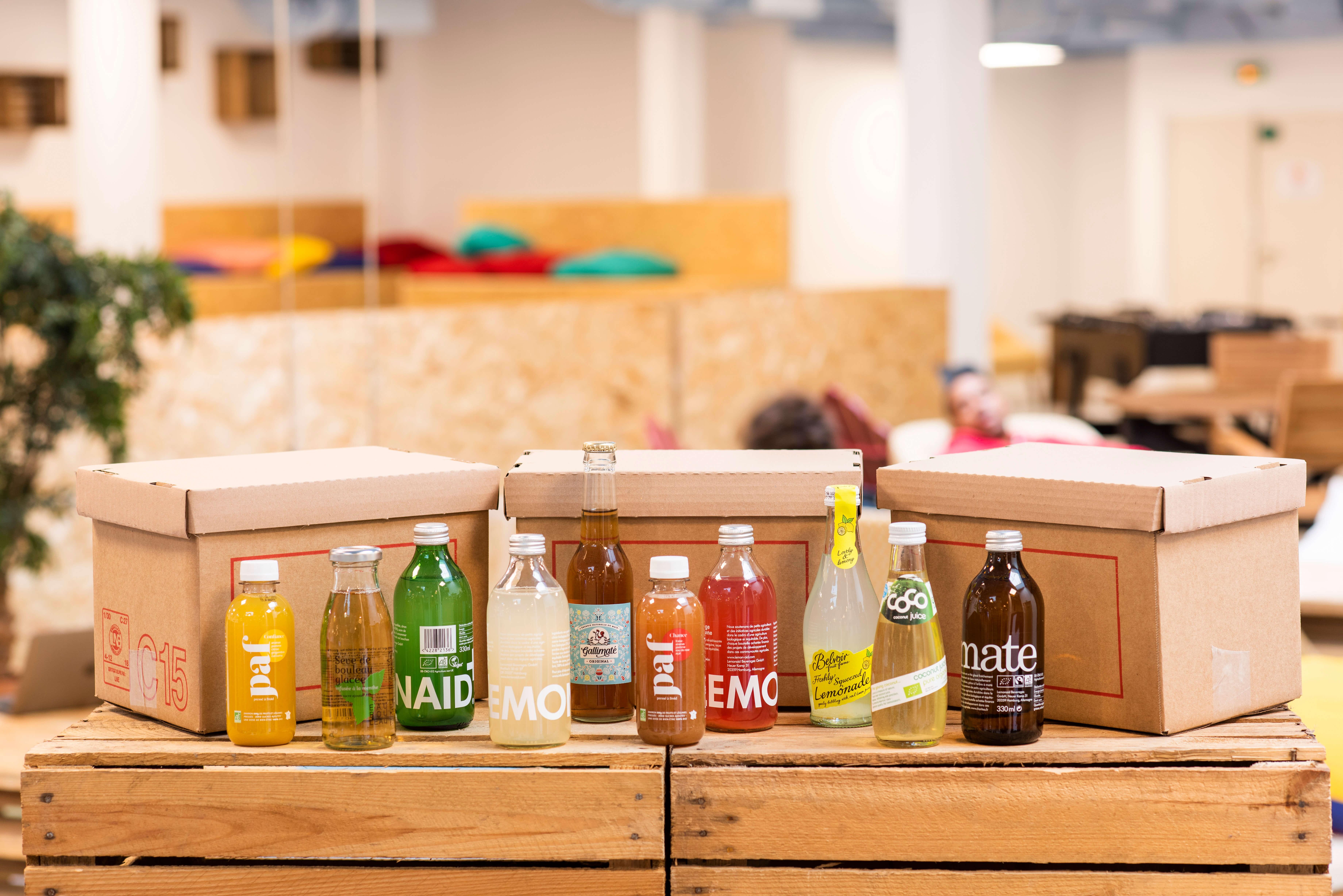 varias cajas junto a botellas de zumo