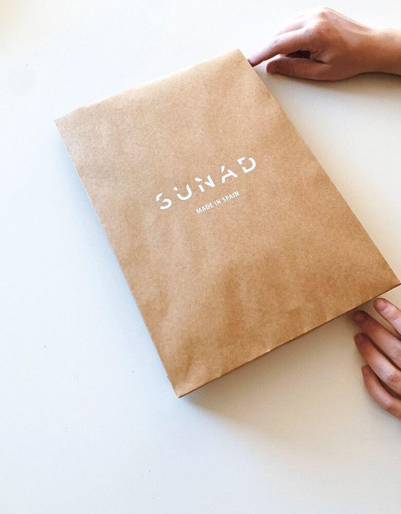un sobre kraft con el logo de la marca SUNAD