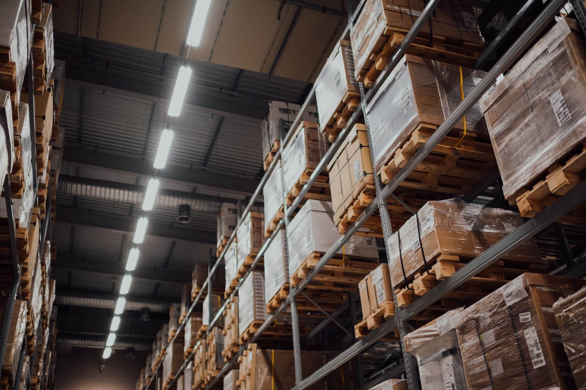 Rayons de stockage d'articles dans un entrepôt
