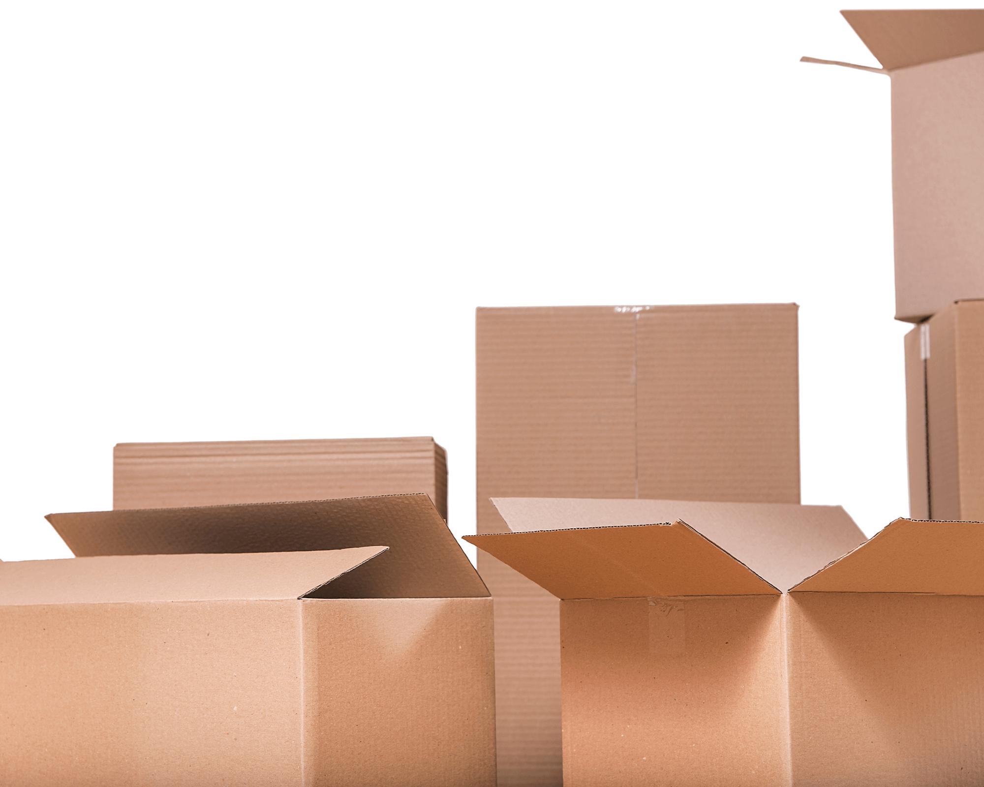 varias cajas grandes de cartón reciclado