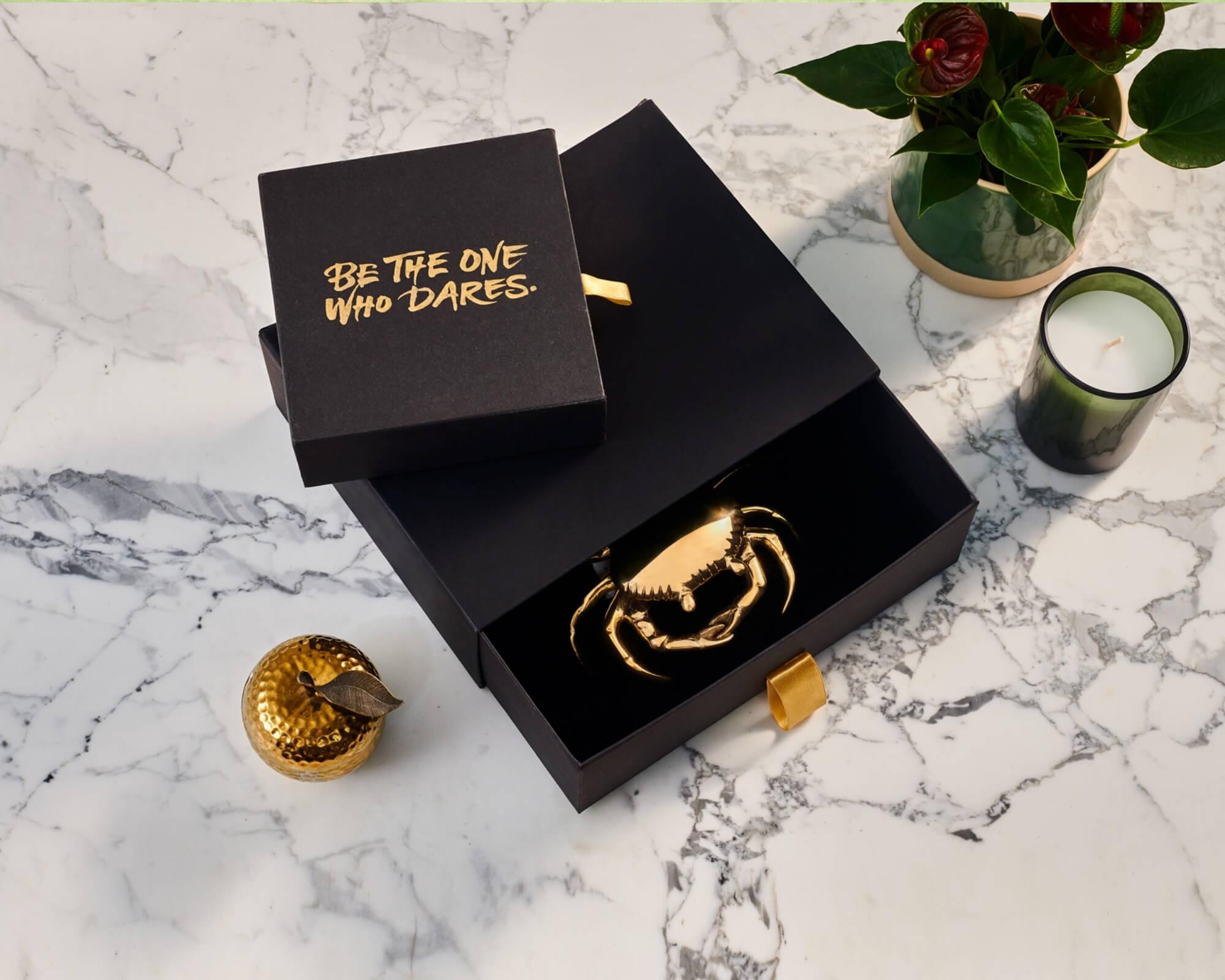 Packaging de alta gama en tonos dorados y negro