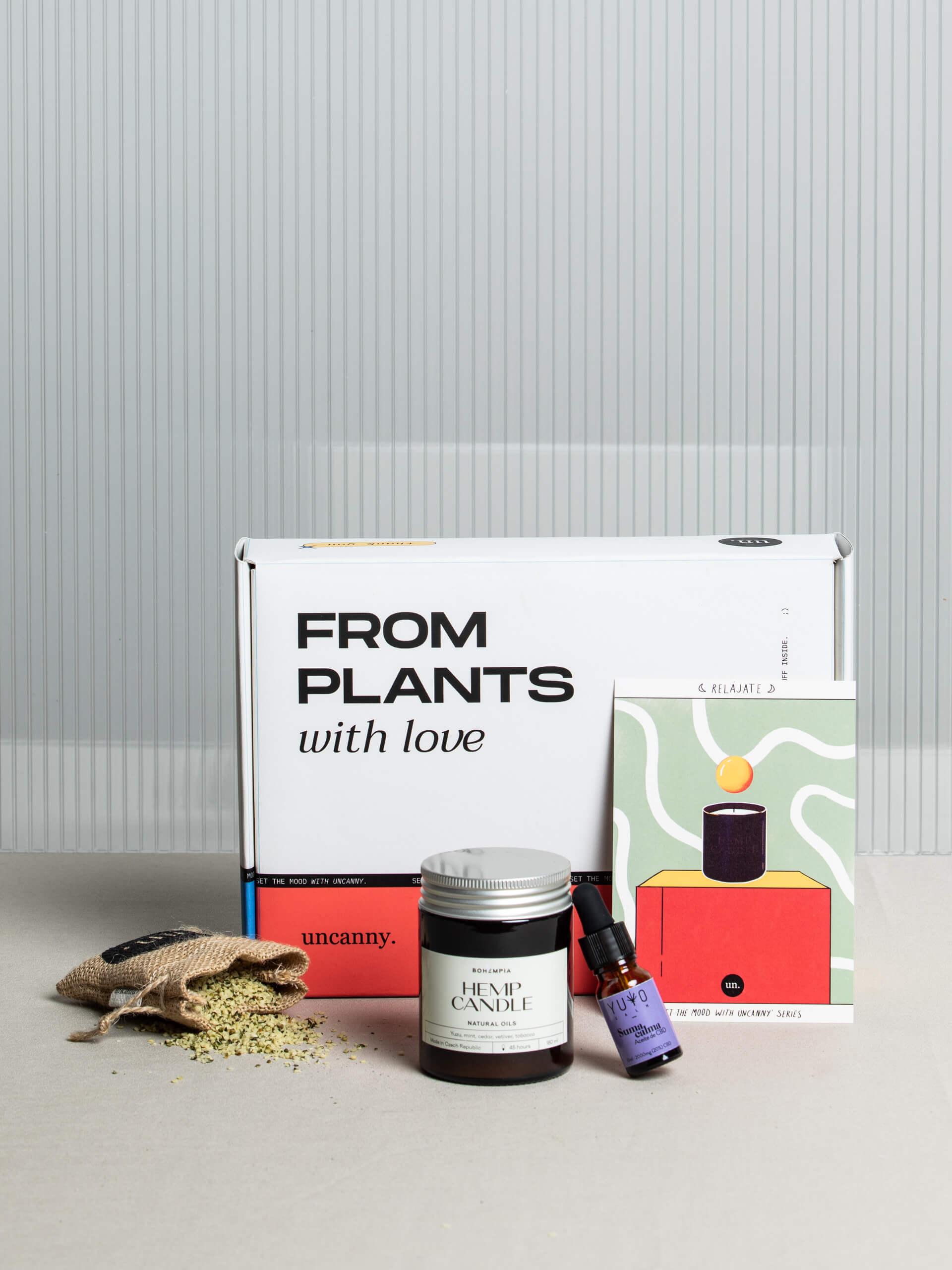Una caja colorida y varios productos cosméticos