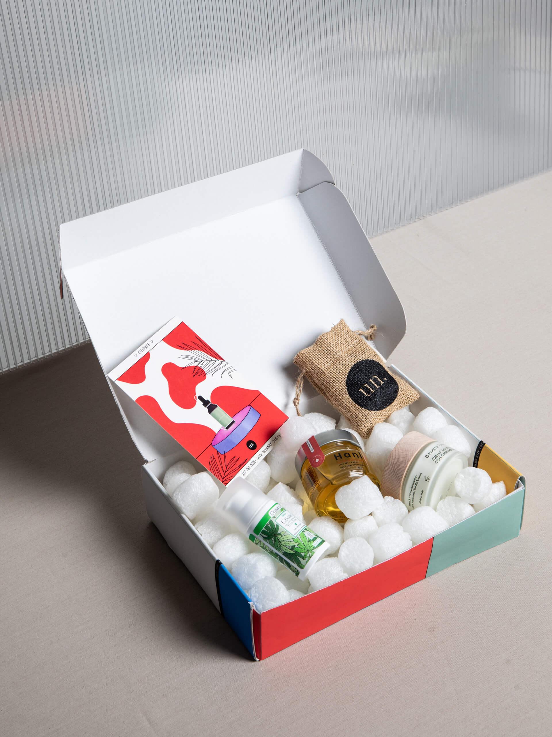 Caja postal con productos de cosmética