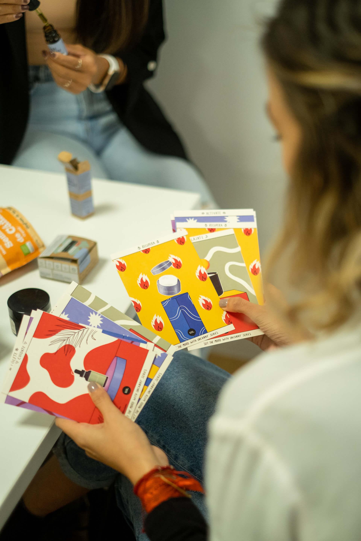 Una chica sostiene tarjetas informativas