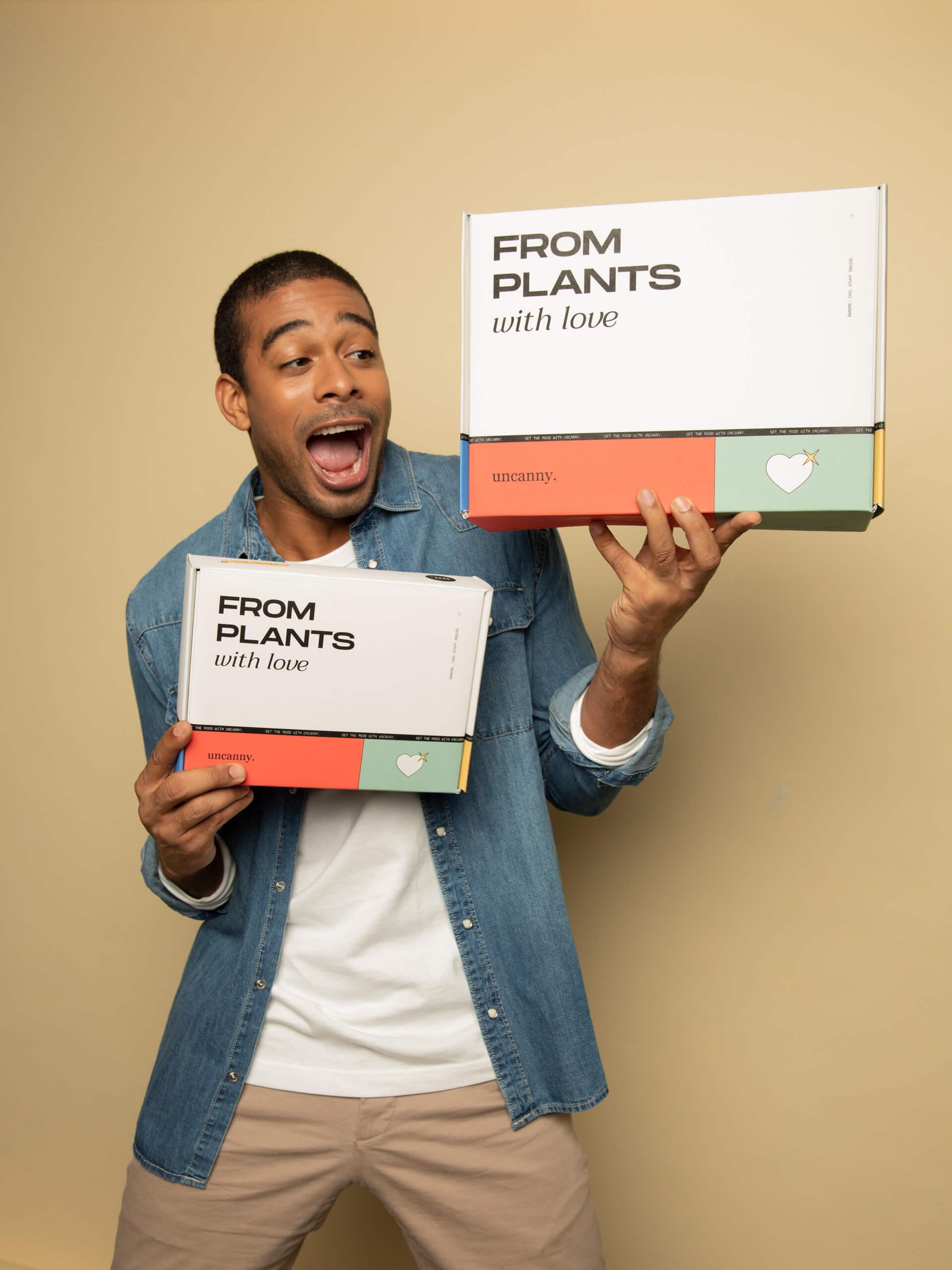 Un chico sostiene varias cajas coloridas