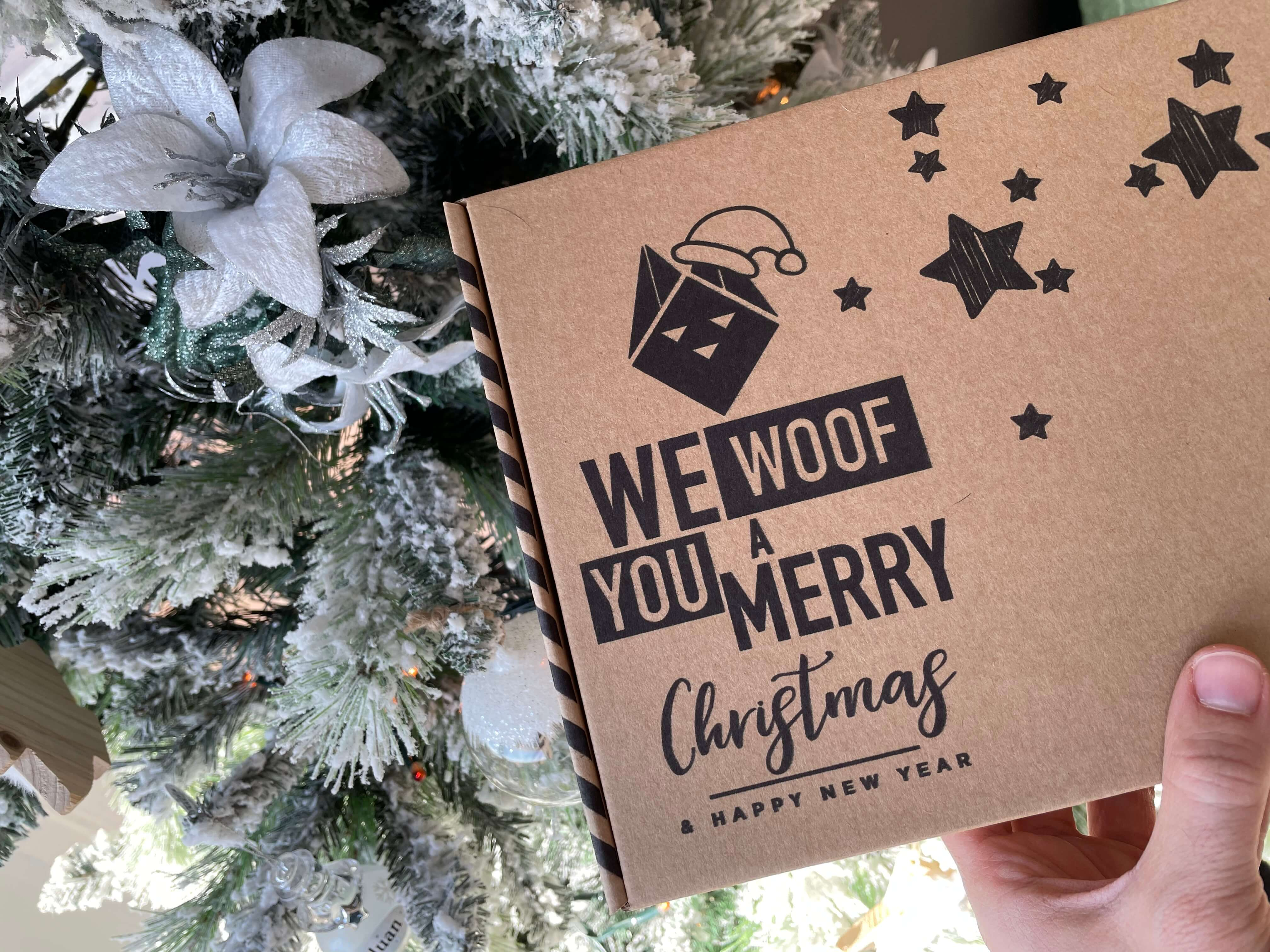 caja navideña fabricada con cartón