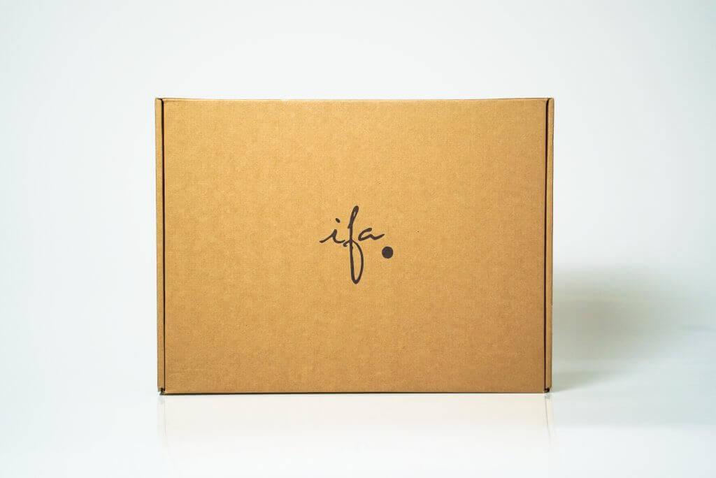 caja postal de cartón con el logo de la marca Ifa