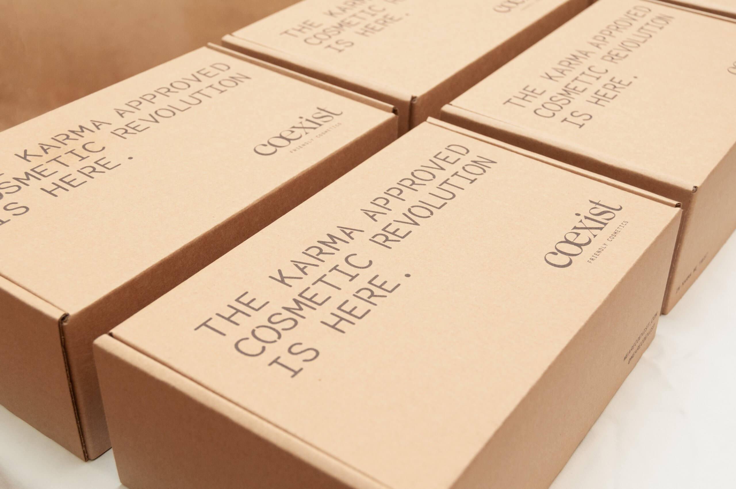 varias cajas de cartón corrugado de la marca Coexist