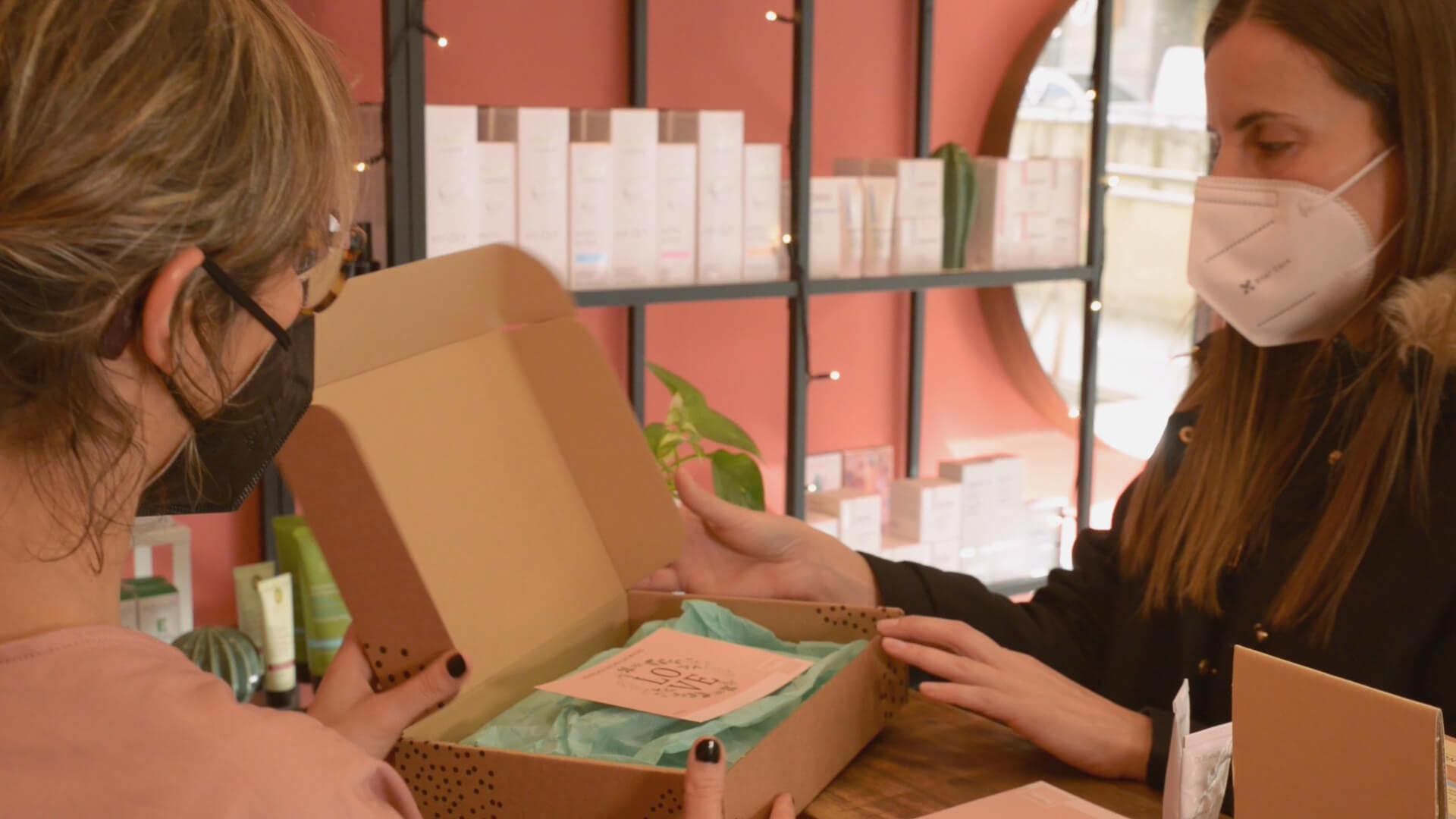 Una clienta compra cosmética en la tienda Bonita Beauty Skin