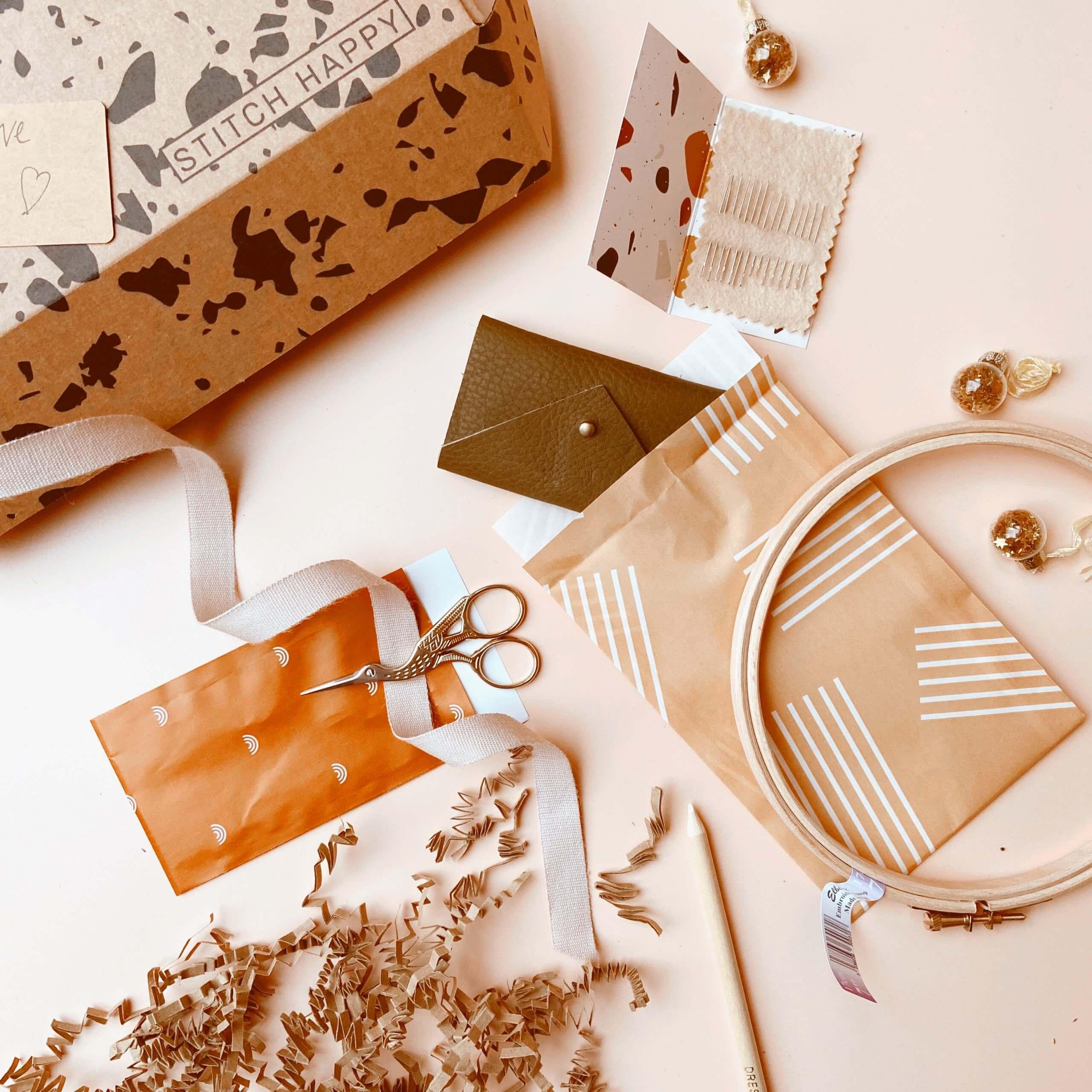 utensilios de costura junto a una caja postal