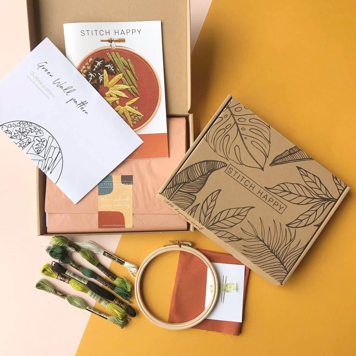 caja postal con varios utensilios de costura