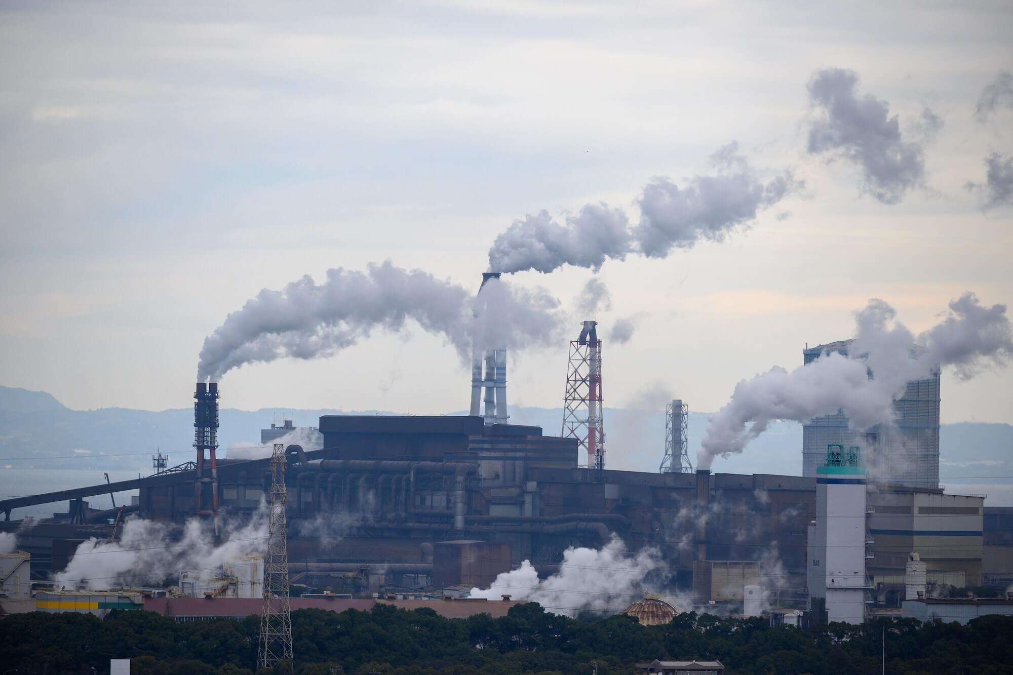 Cheminées d'usines qui polluent
