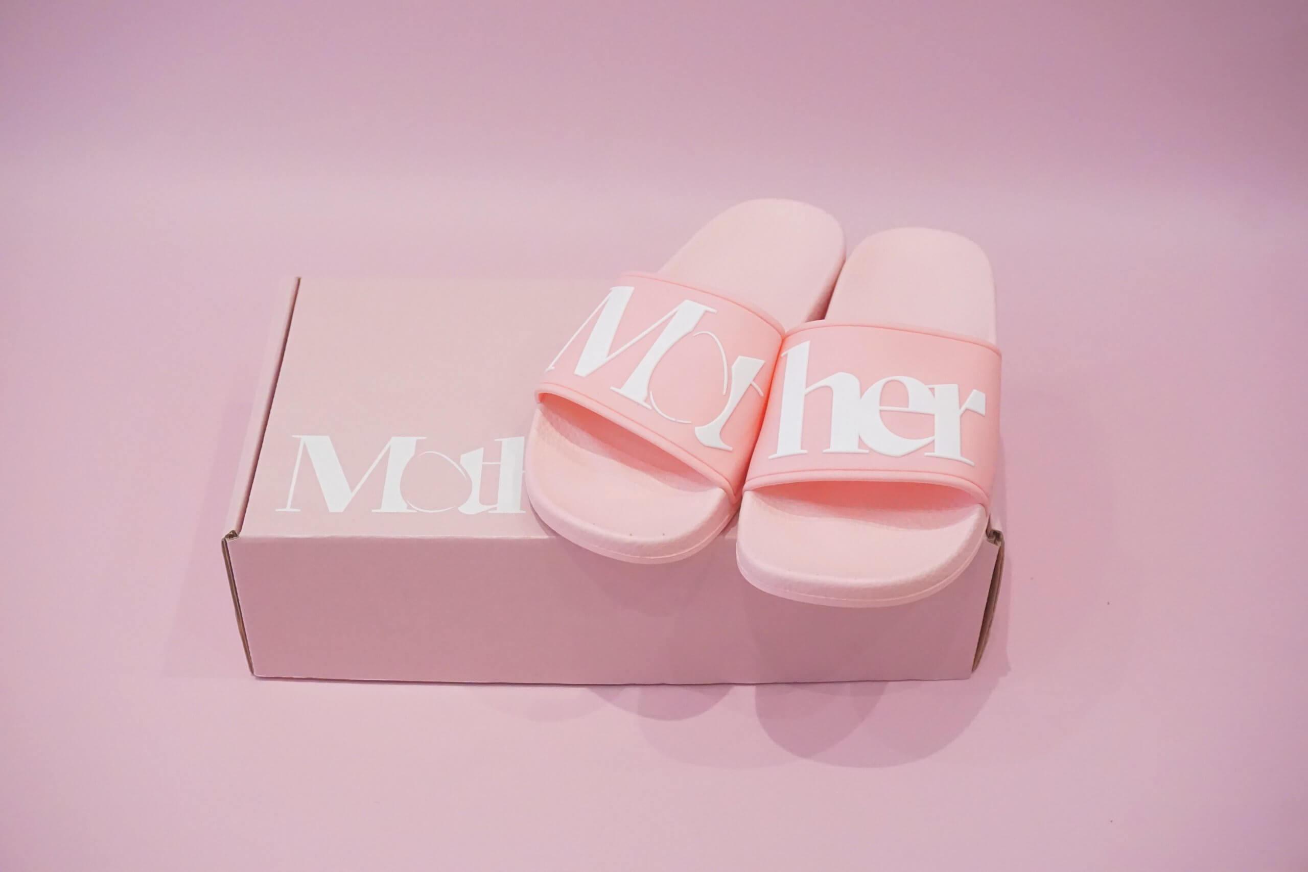 zapatillas de playa junto a una caja postal