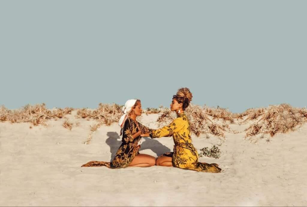 branding ragazze con kaftani sulla spiaggia