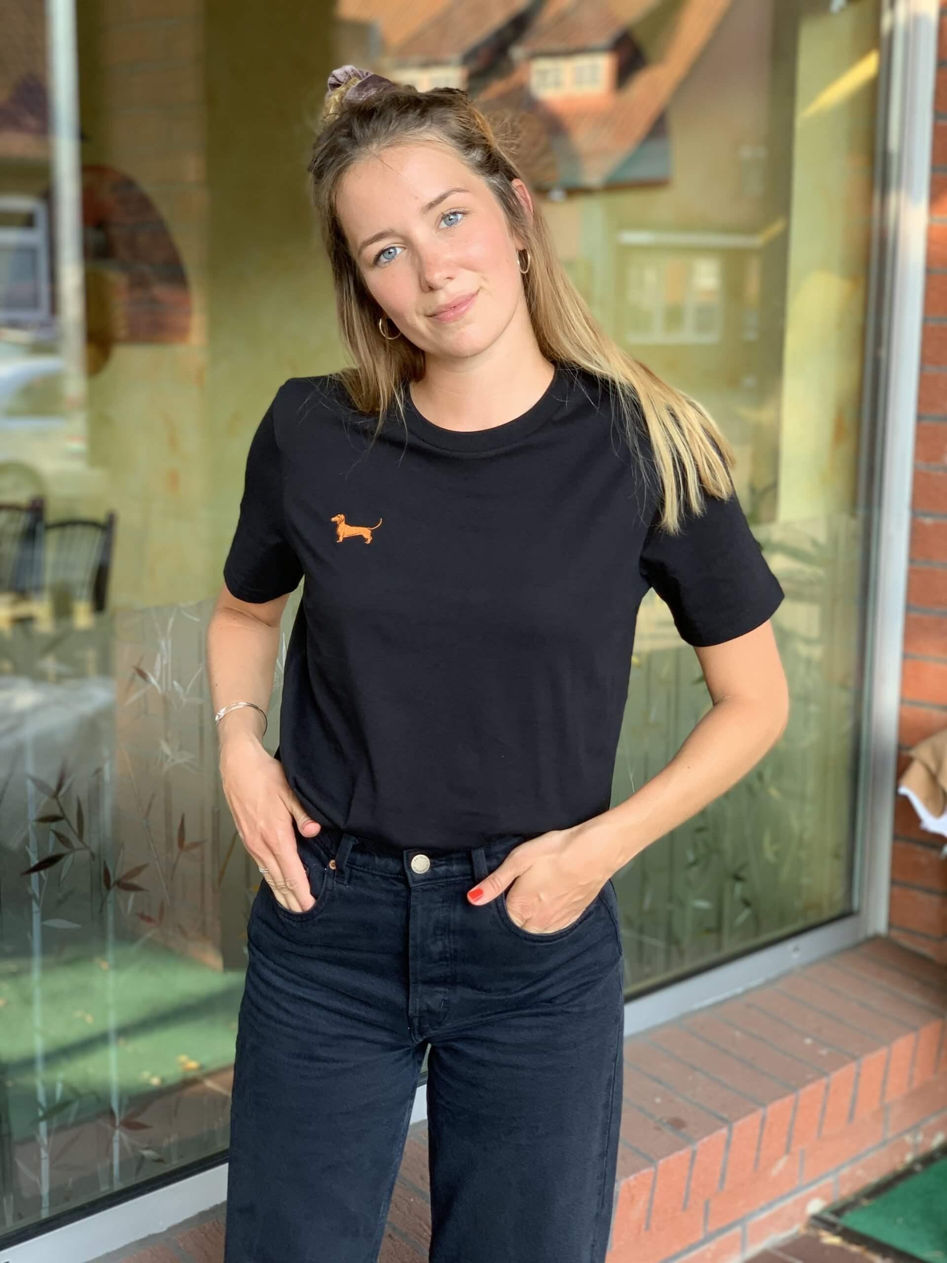 una chica lleva una camiseta de Dackelclub Berlin