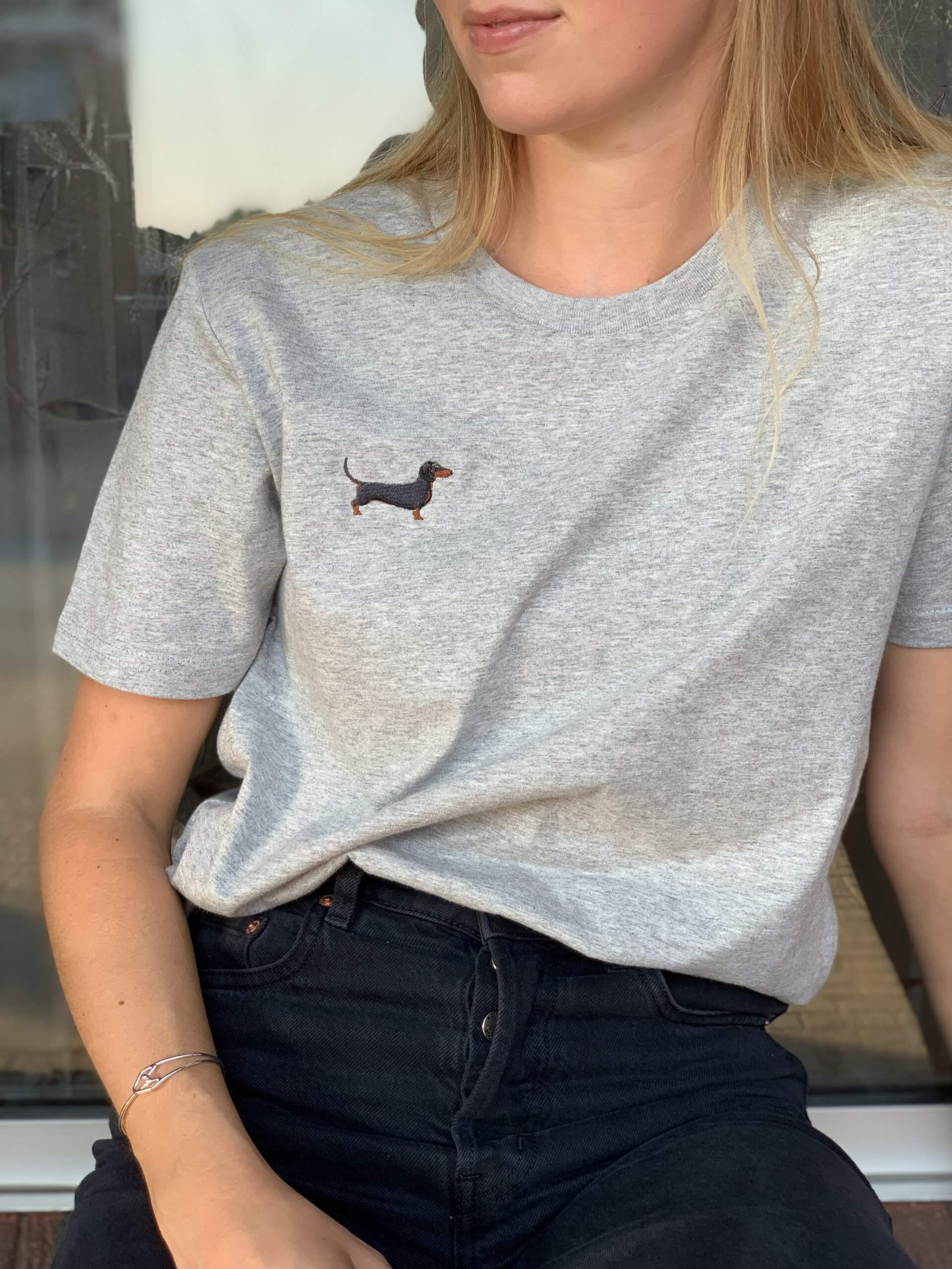 una chica promociona camiseta de Dackelclub Berlin