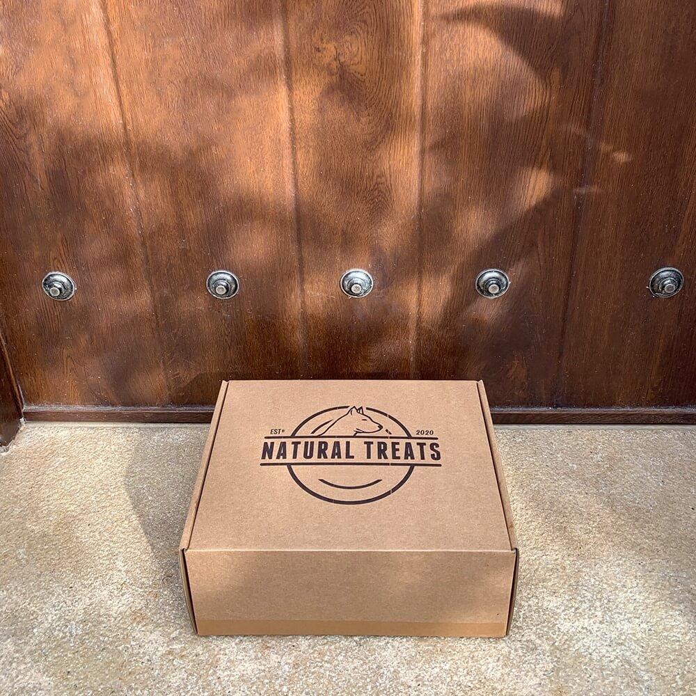 una caja postal con el logo de Natural Treats