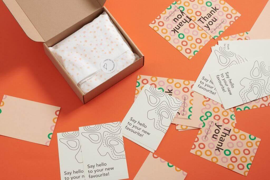 varias cajas y notas de agradecimiento