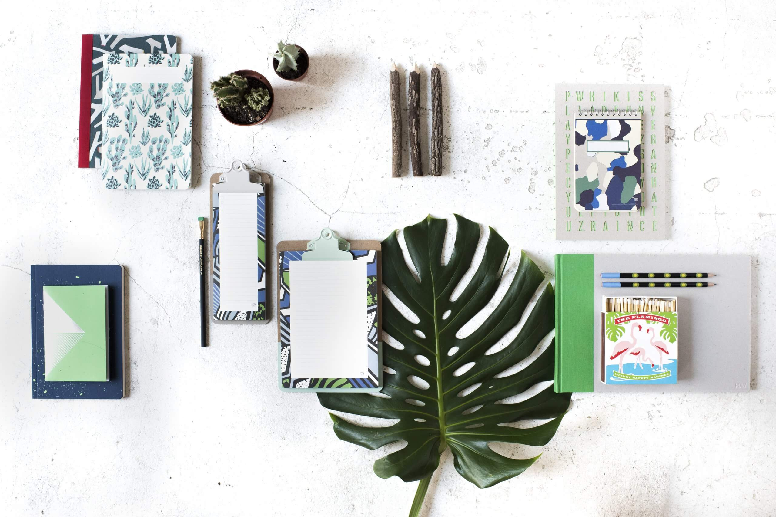 Productos de papelería en tonos verdes y azules