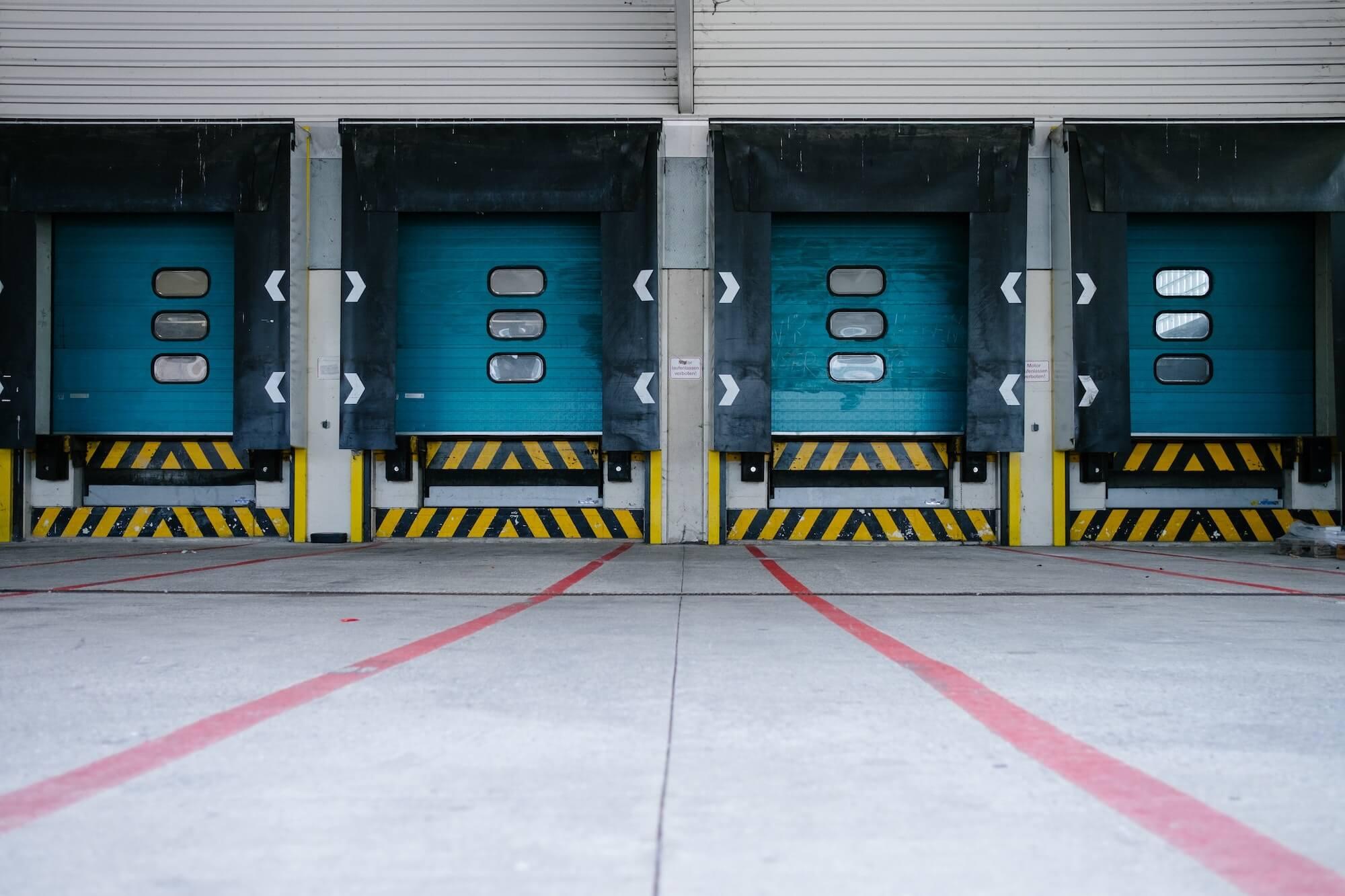 Porte d'un quai de chargement pour camions de transport