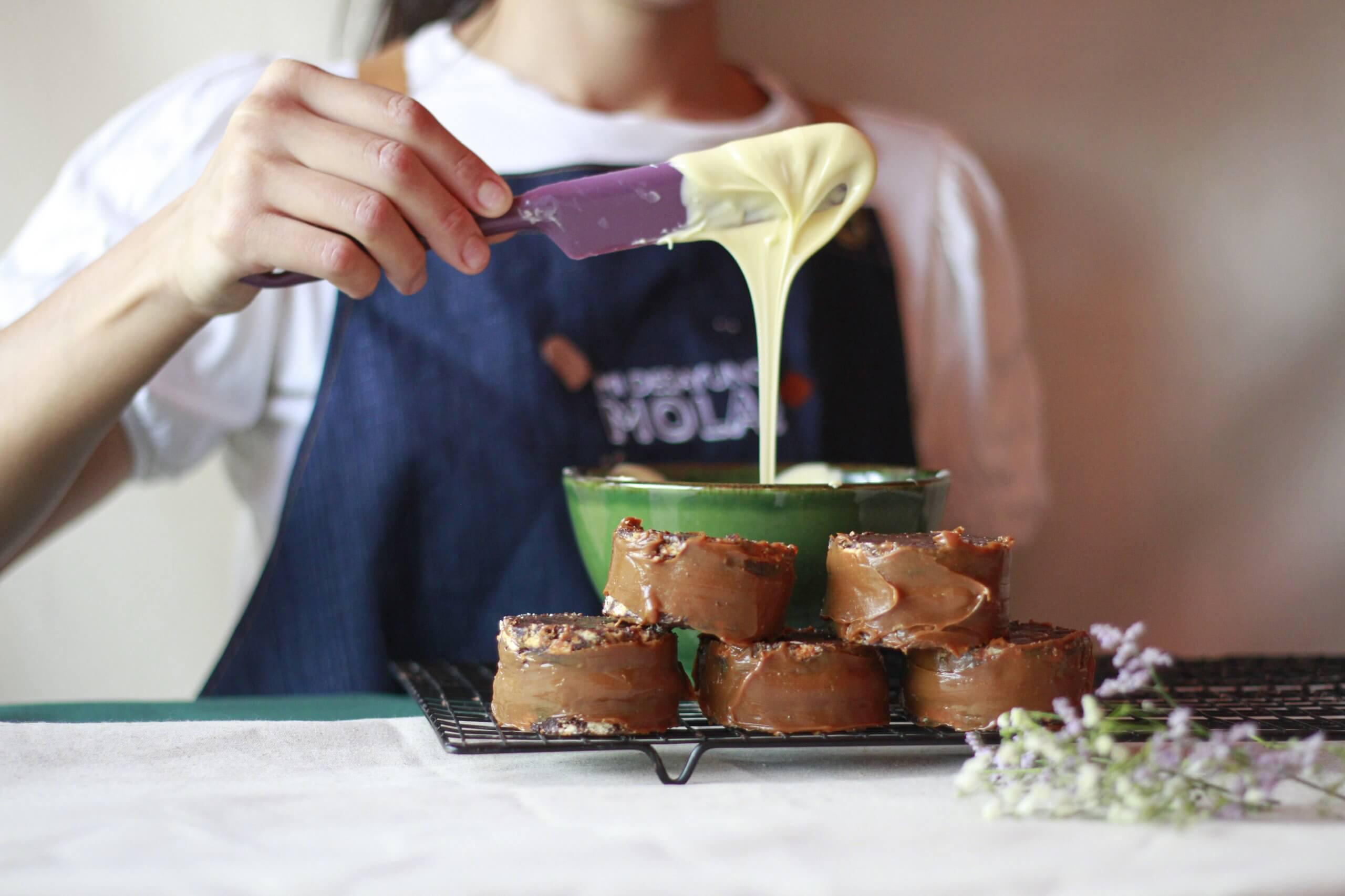 Paula cocina dulces para la empresa Mi Desayuno Mola