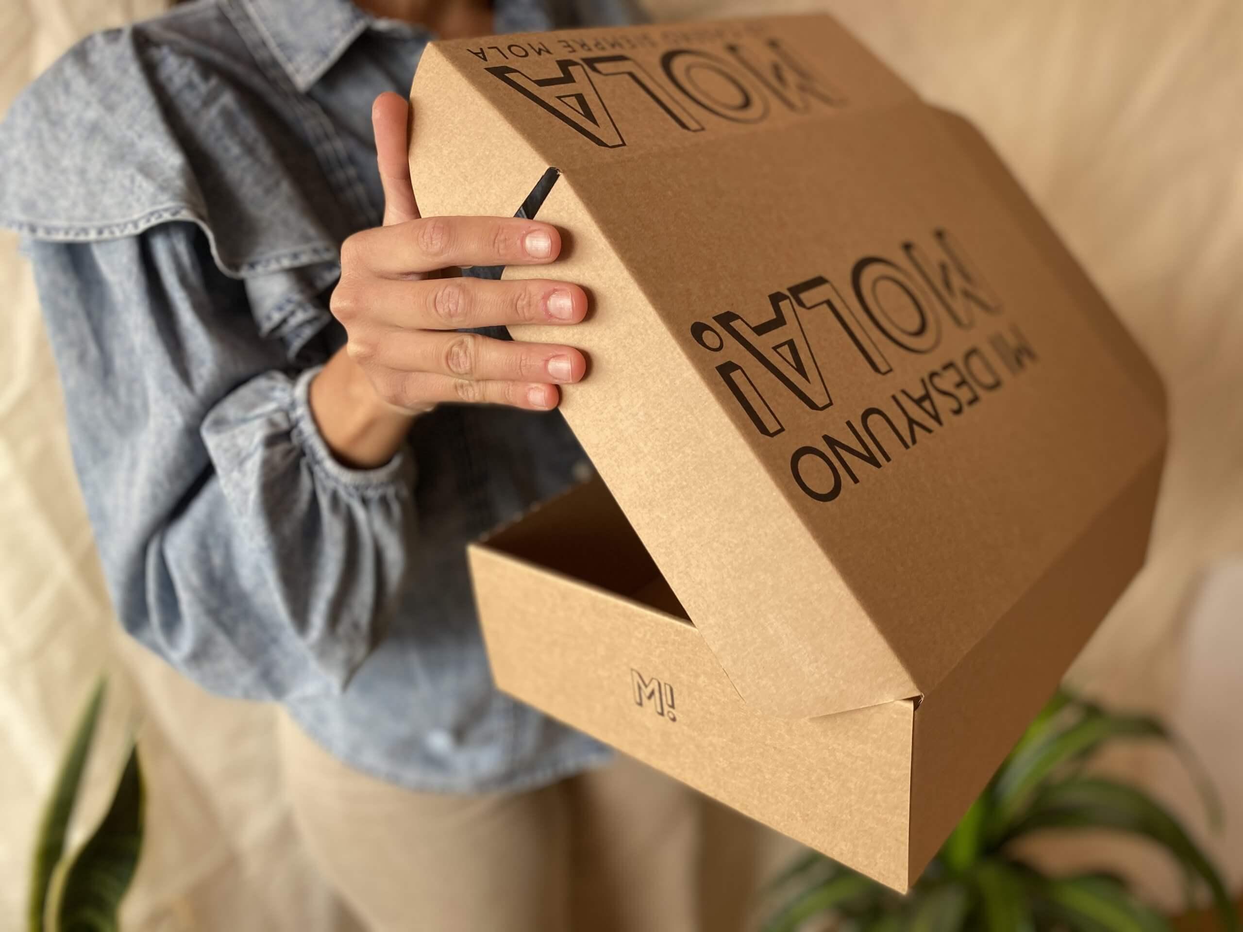 Una chica sostiene una caja de Mi Desayuno Mola