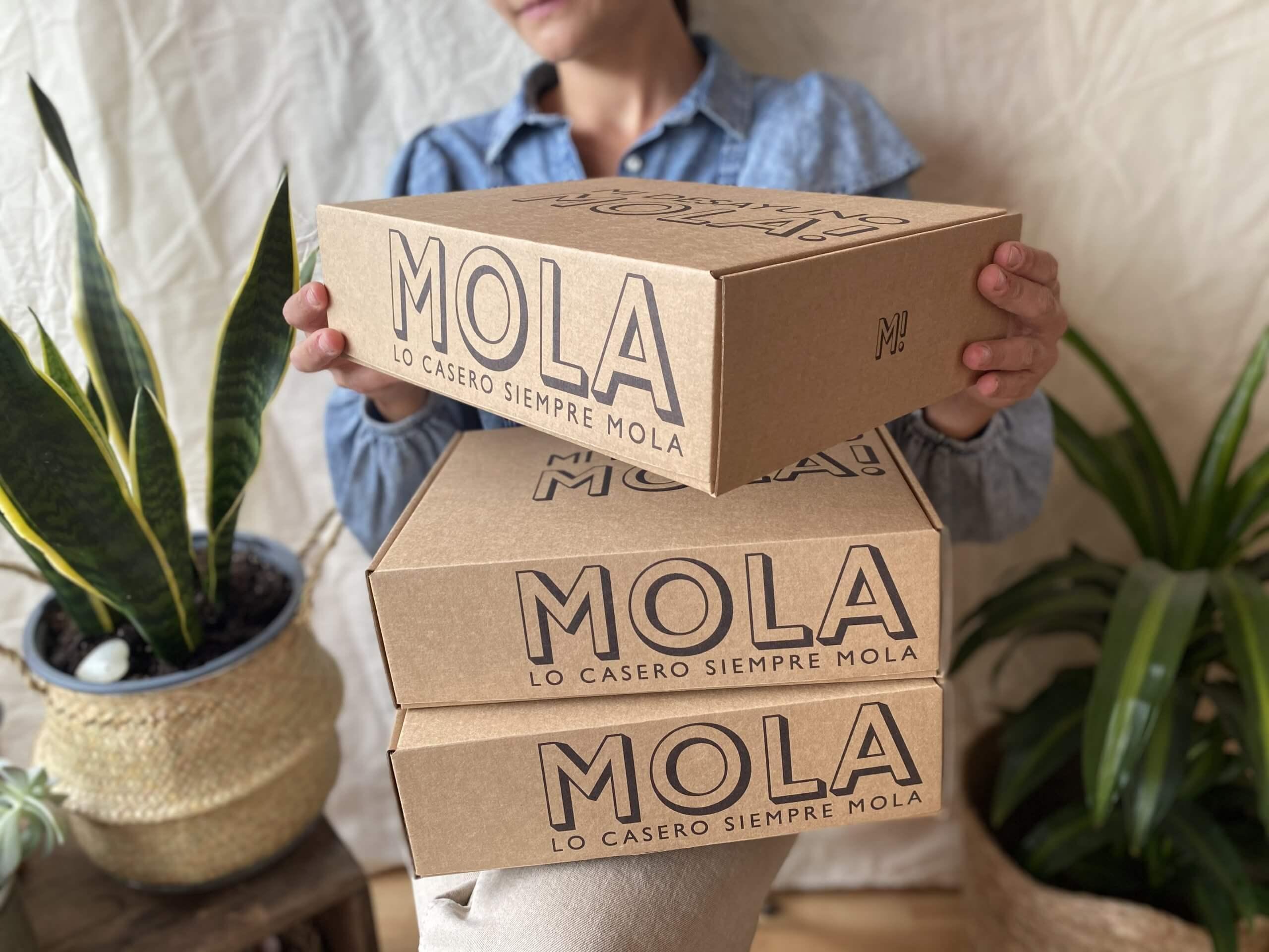 Una clienta recibe varias cajas de Mi Desayuno Mola